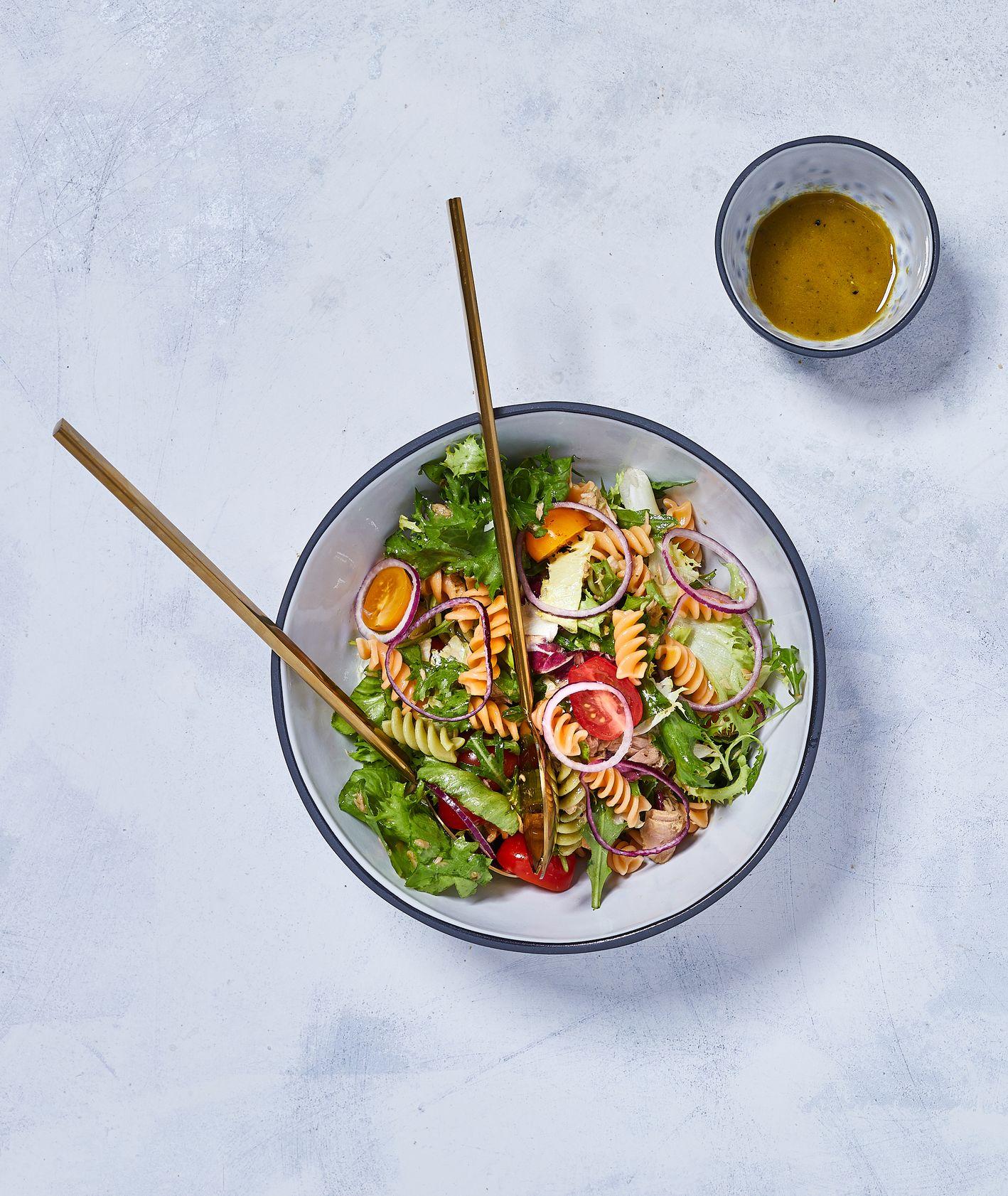 Zielona sałatka z makaronem, pomidorkami koktajlowymi, czerwoną cebulą, oliwkami i tuńczykiem podana z sosem miodowo-musztardowym, sezonówki sałata