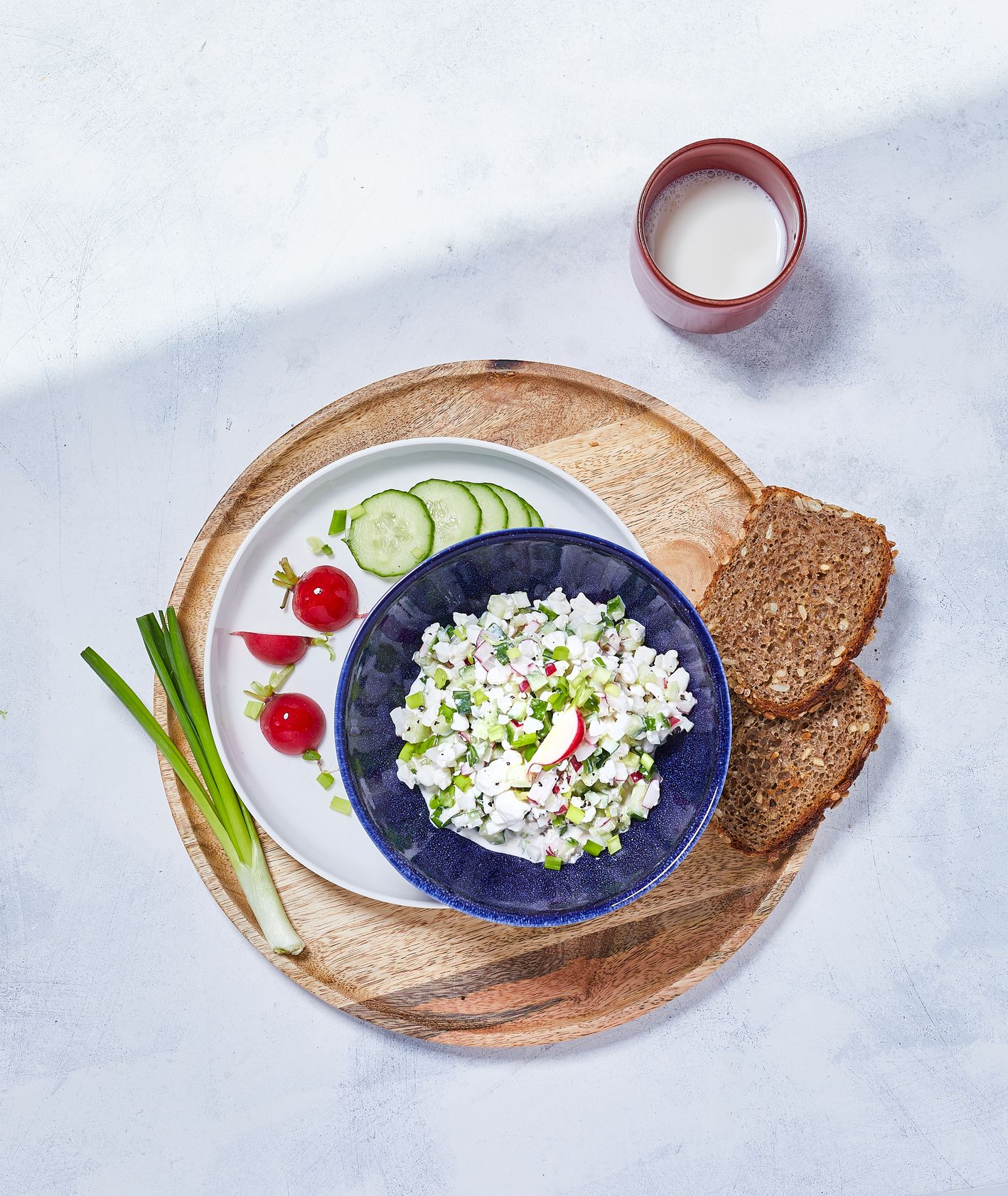 Serek śniadaniowy na bazie serka wiejskiego z dodatkiem rzodkiewki, ogórka, szczypiorku i celubli dymki; sezonówki rzodkiewka, cebula dymka, ogórek