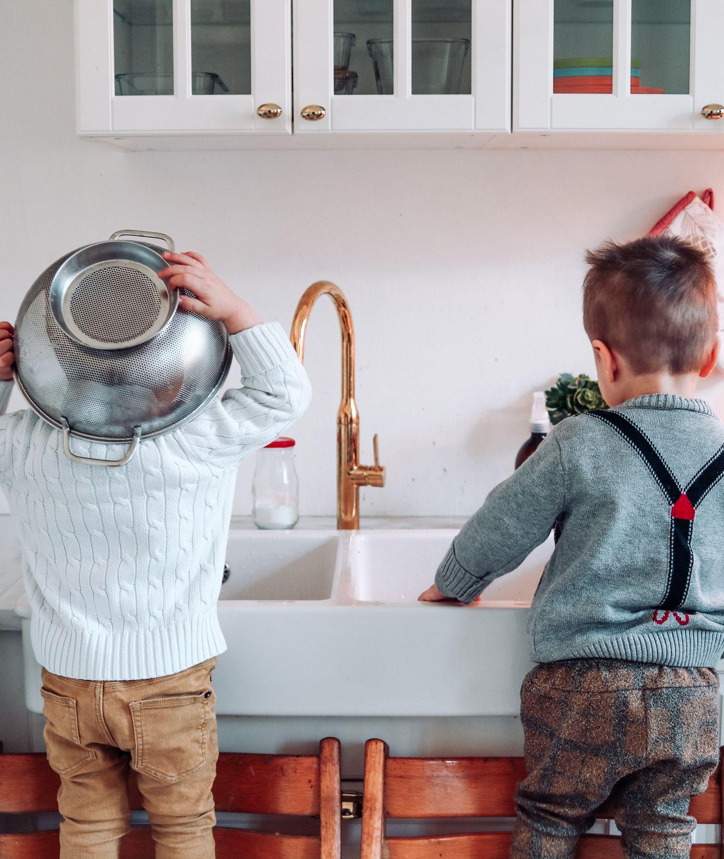 Dwóch chłopców przygotowujących się do gotowania (fot. Danielle Alvarado / unsplash.com)