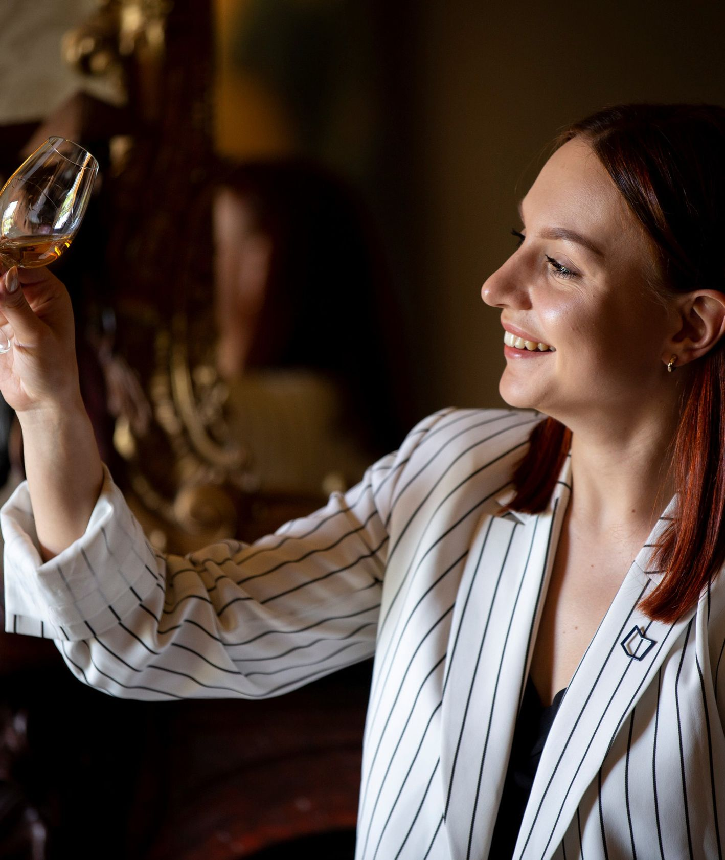 Kobieta z kieliszkiem whisky (fot. materiały prasowe)