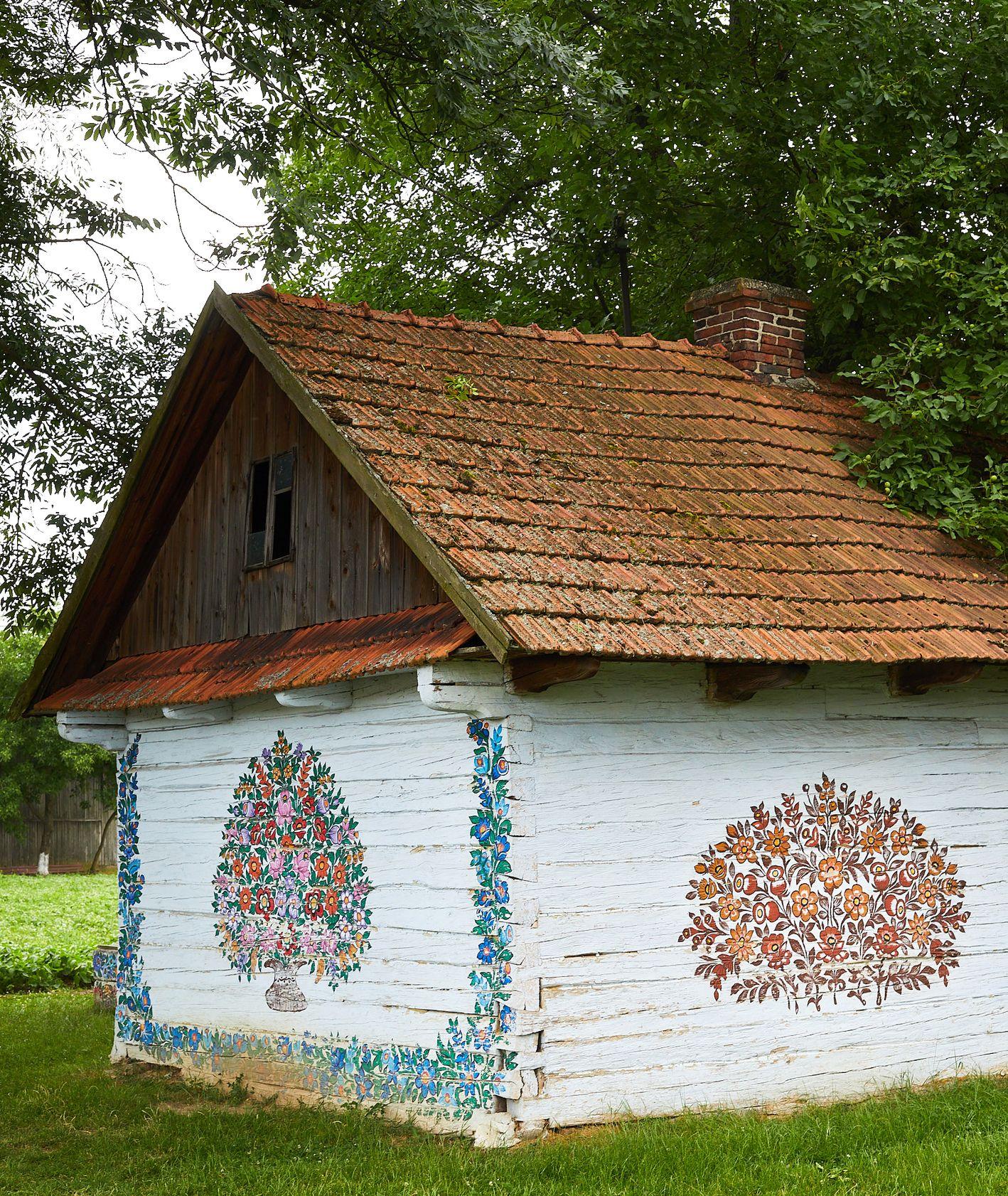 Malowana w kwieciste wzory chata w Zalipiu. Miejsce na krótki wypoczynek pod Krakowem (fot. Maciej Niemojewski)