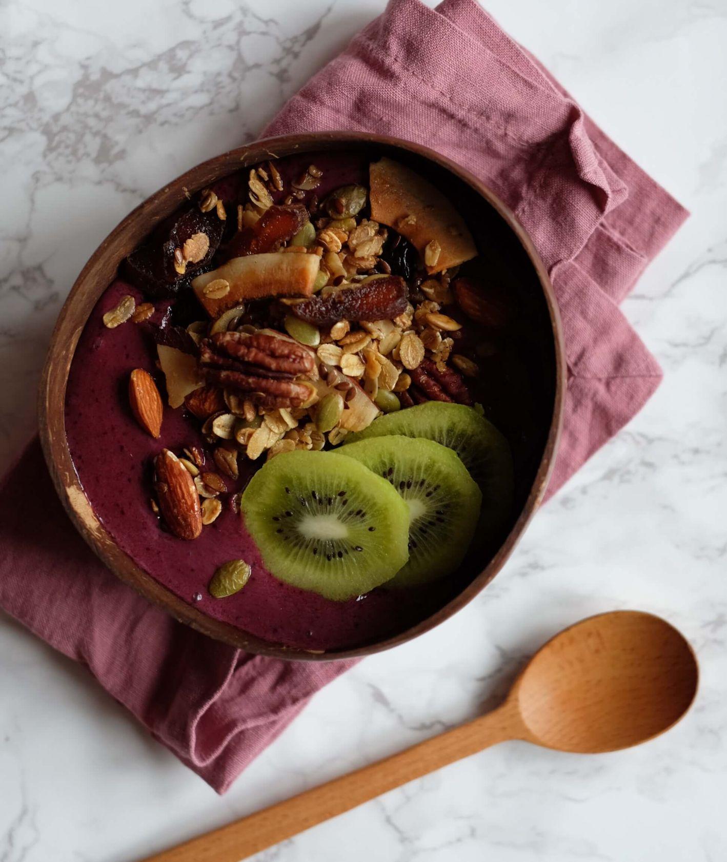 smothybowl z granolą i owocami