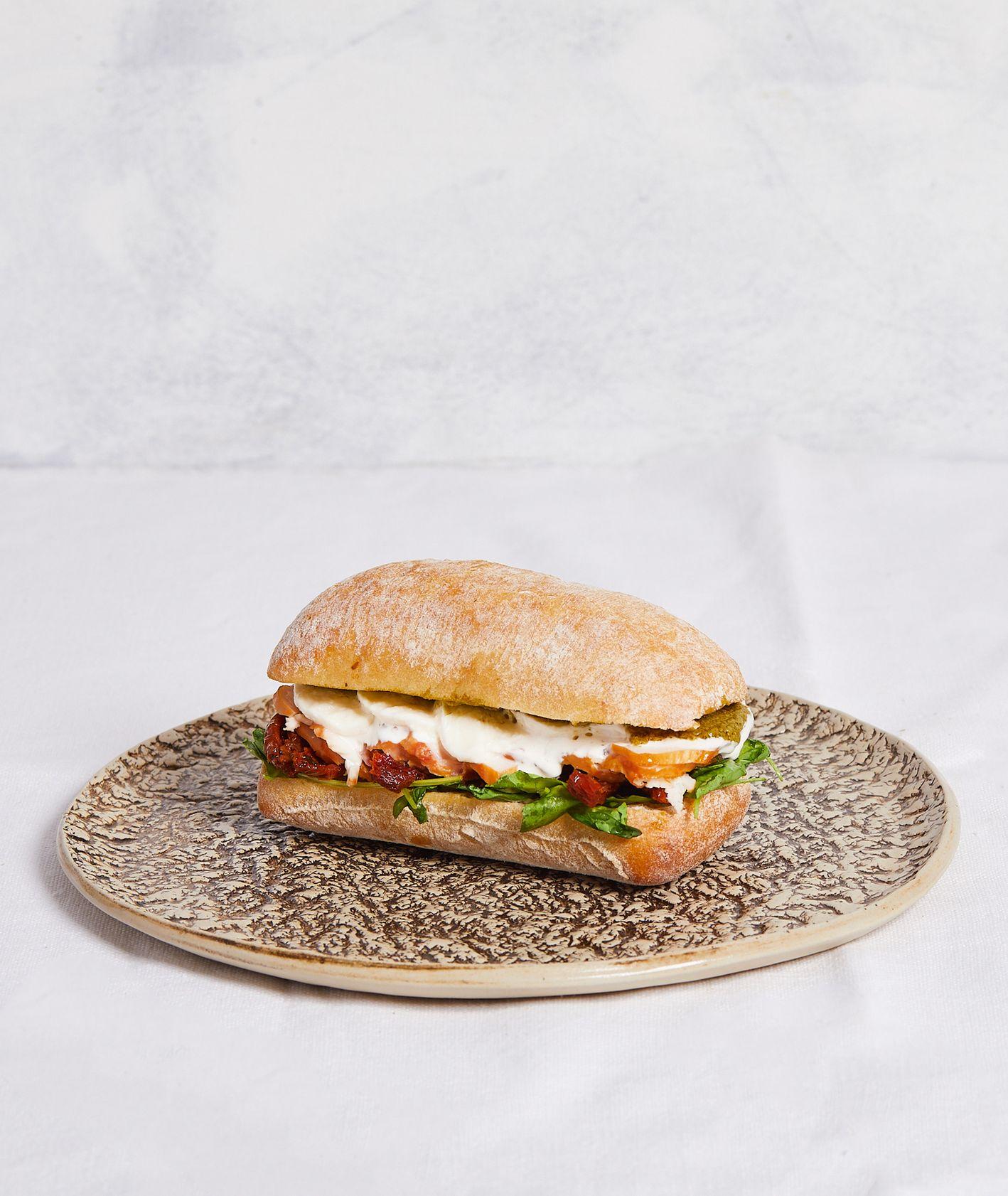 Sycący przepis na śniadaniową kanapkę we włoskim stylu – ciabatta z kurczakiem, pomidorami i pesto (fot. Maciek Niemojewski)