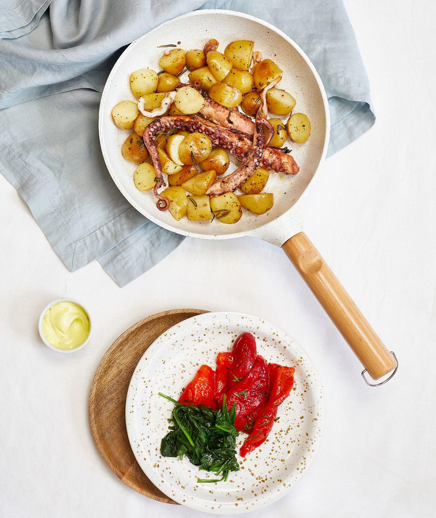Przepis – ośmiornica z ziemniakami, jak przyrządzić ośmiornicę (fot. Maciek Niemojewski)