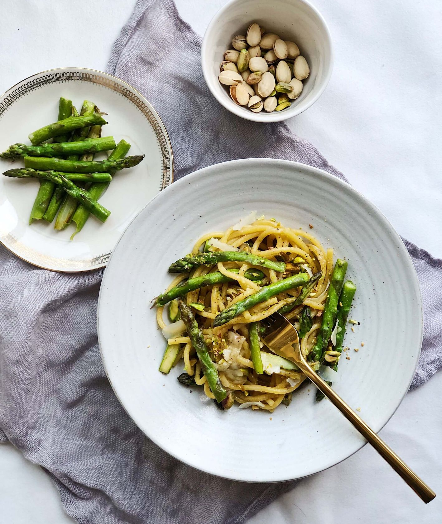 przepisy ze szparagami, makaron z zielonymi szparagami i pistacjami