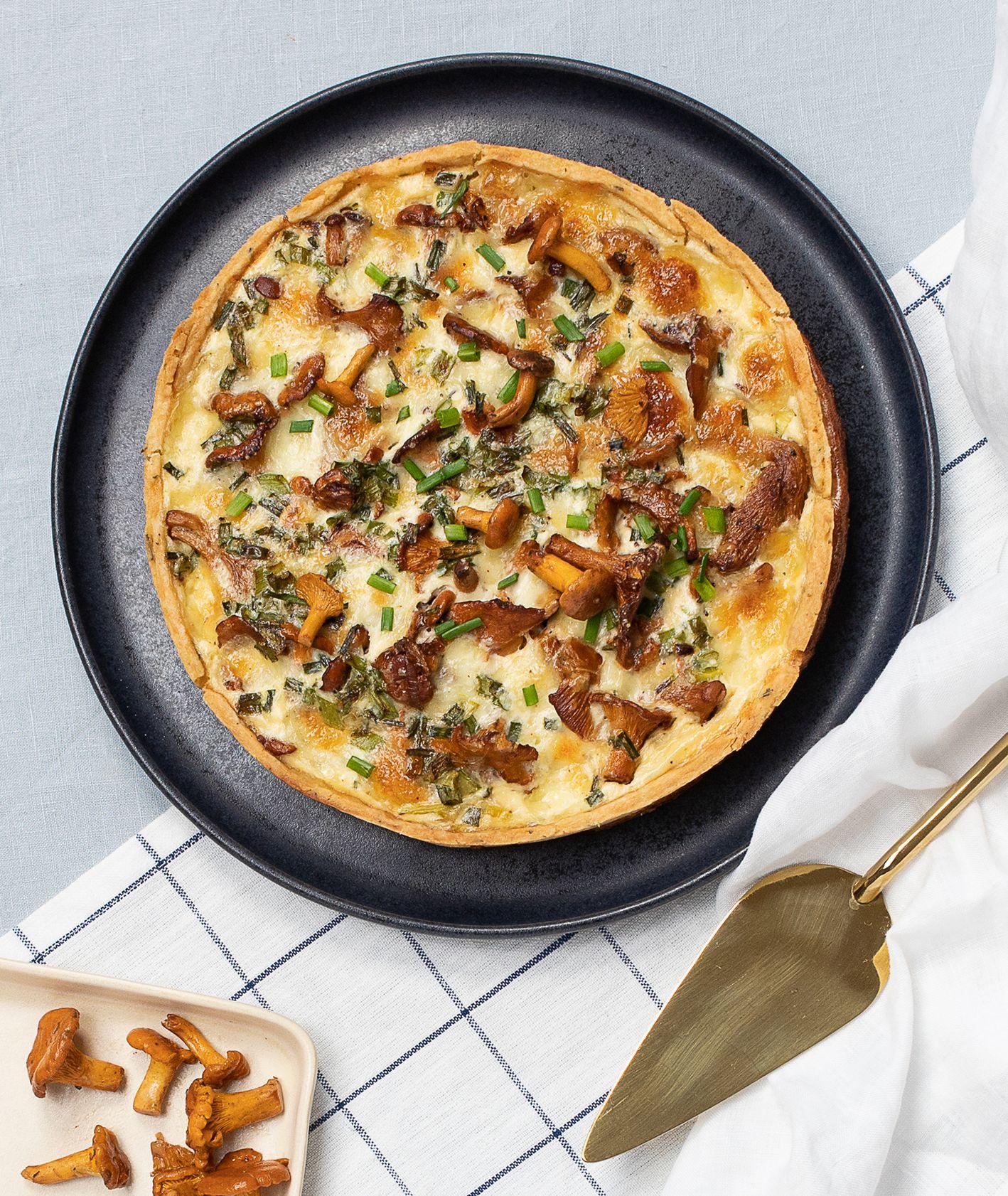 Tarta z porem, kurkami i mozzarellą na ziołowym spodzie (fot. Paulina Czyżewska)