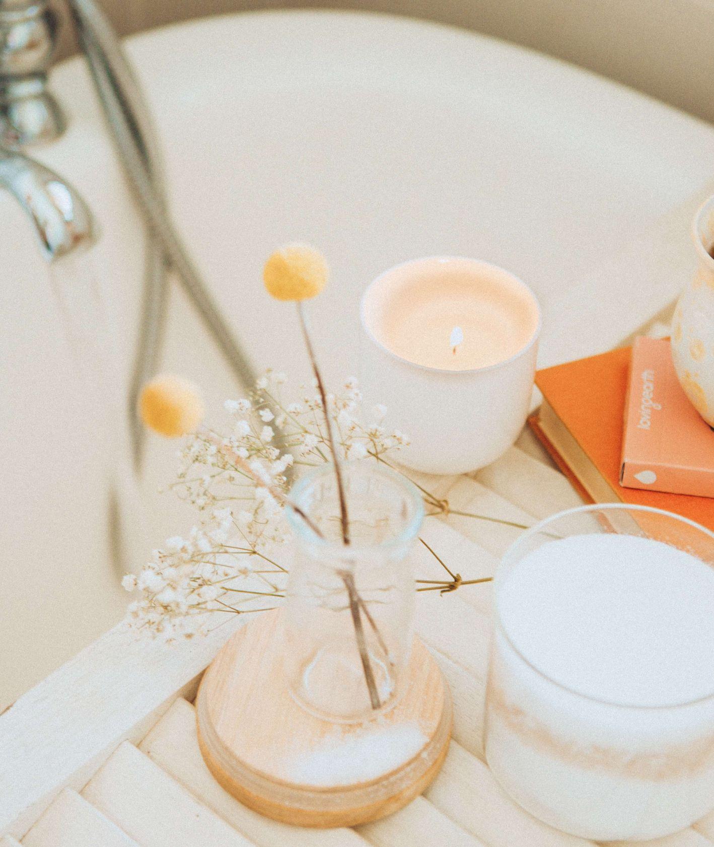 Przygotowania do kapieli, świeczki, olejki eteryczne, herbata i wanna napełniana wodą (fot. Maddi Bazzocco)