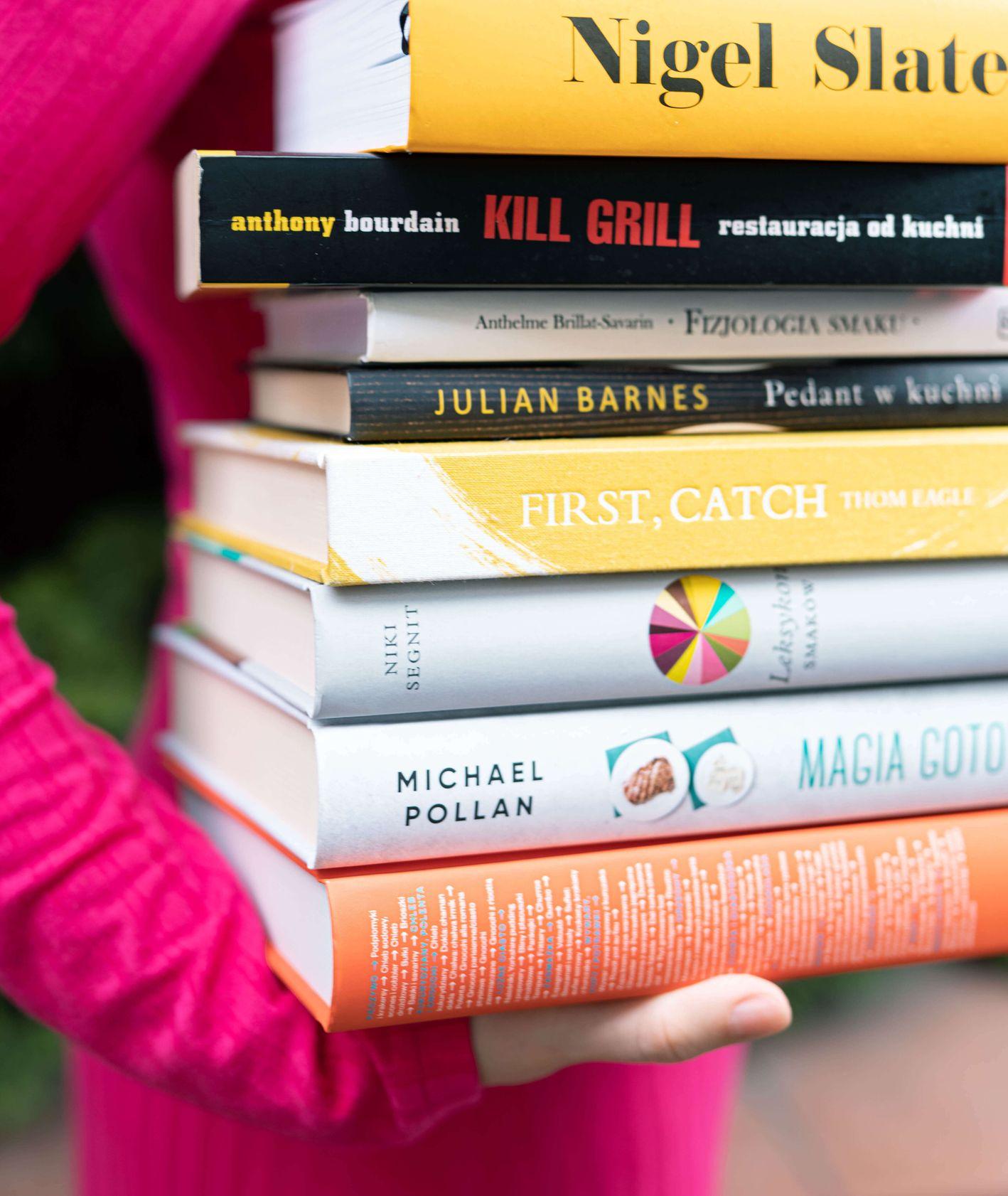 Stos książek kulinarnych (fot. Martyna Cybuch)