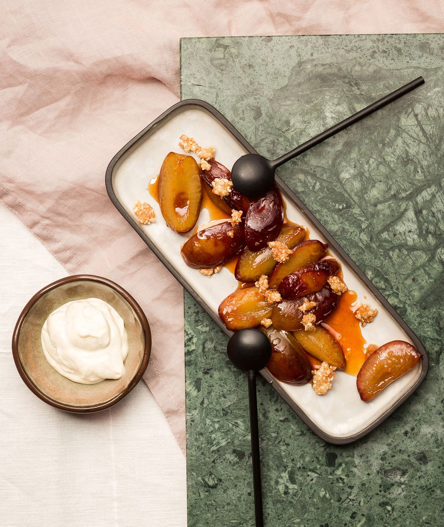 Przepis na szybki deser -  śliwki z patelni z kardamonowym jogurtem. Jak przygotować śliwki z patelni i kardamonowy jogurt (fot. dinnershow.studio)