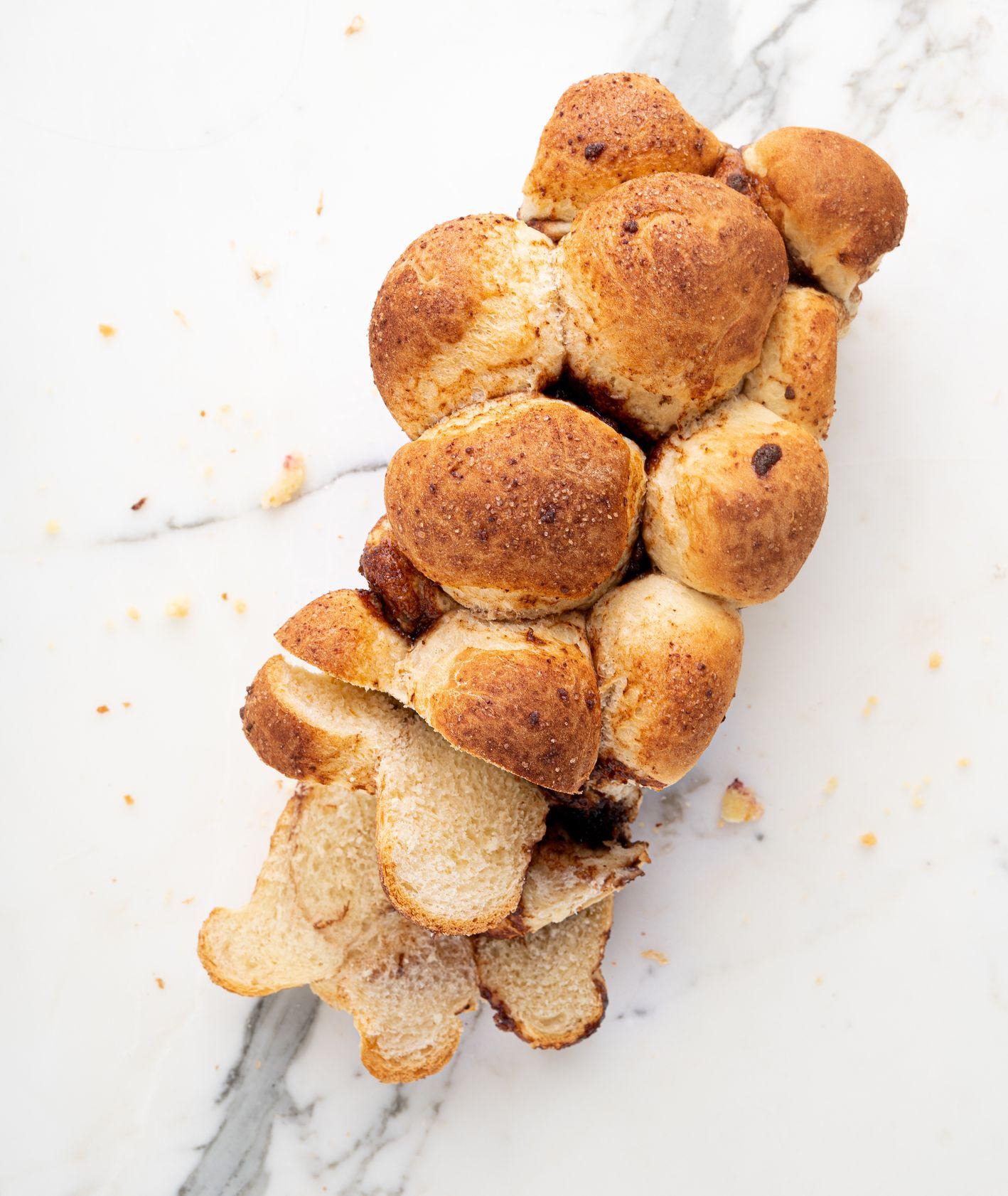 Nieregularne ciasto drożdżowe z cynamonem (fot. Alicja Rokicka / Wegan Nerd)