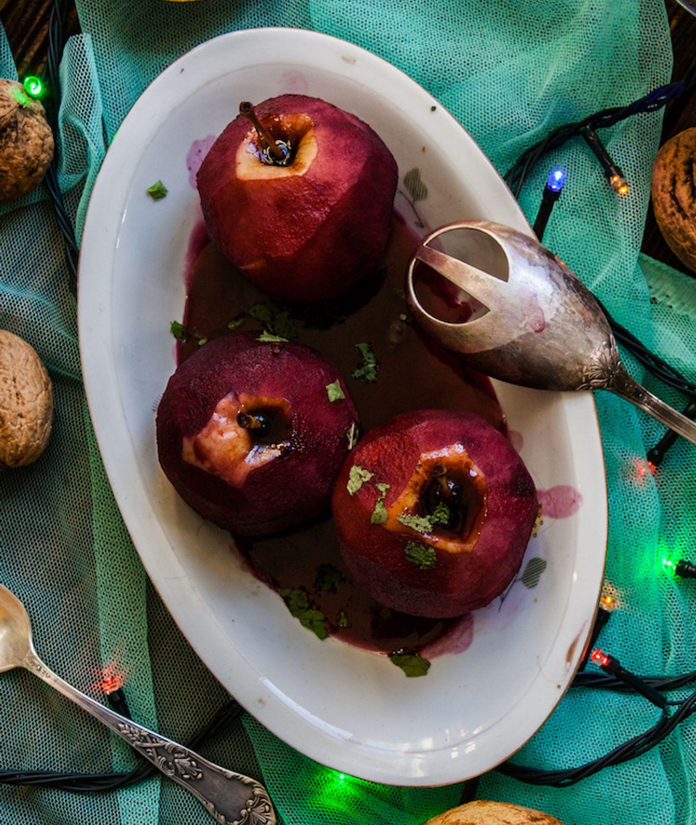 Jabłka duszone w czerwonym winie na półmisku