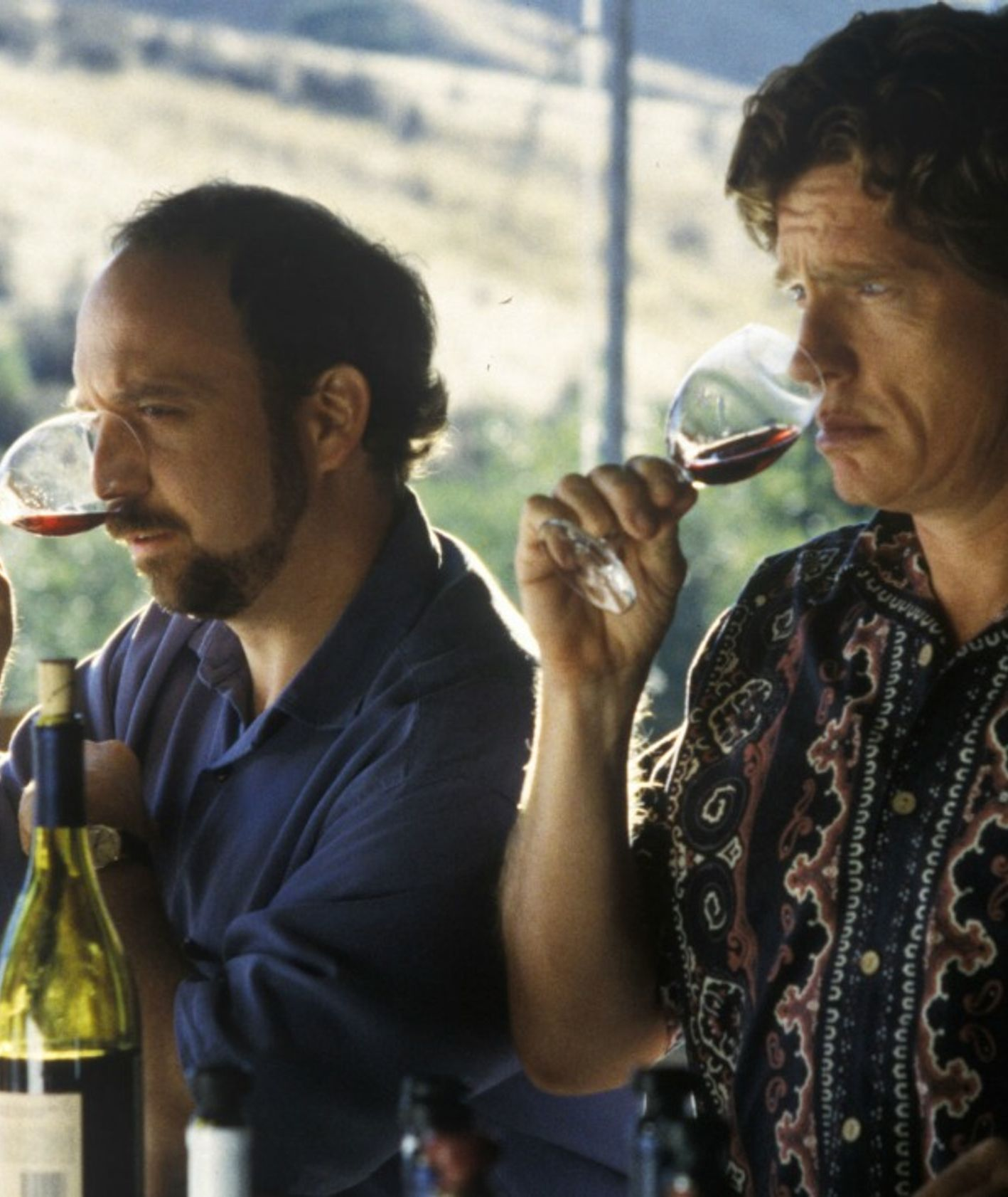 """Miles i Jack podczas testują wino w Dolinie Napa – kadr z filmu """"Bezdroża"""""""