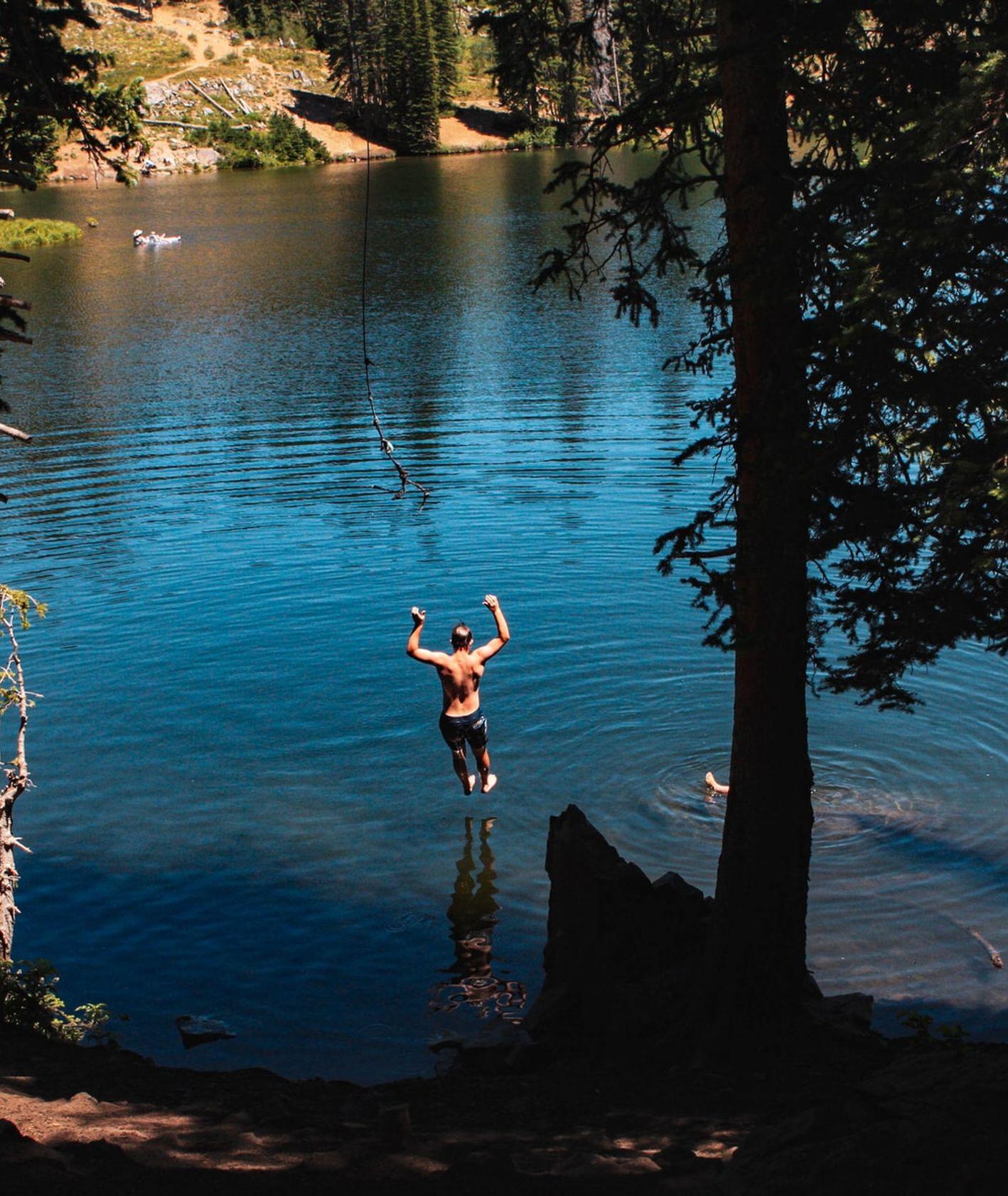 Skok do wody, wakacje nad wodą, co robić podczas lata (fot. Olivia Hutcherson / unsplash.com)