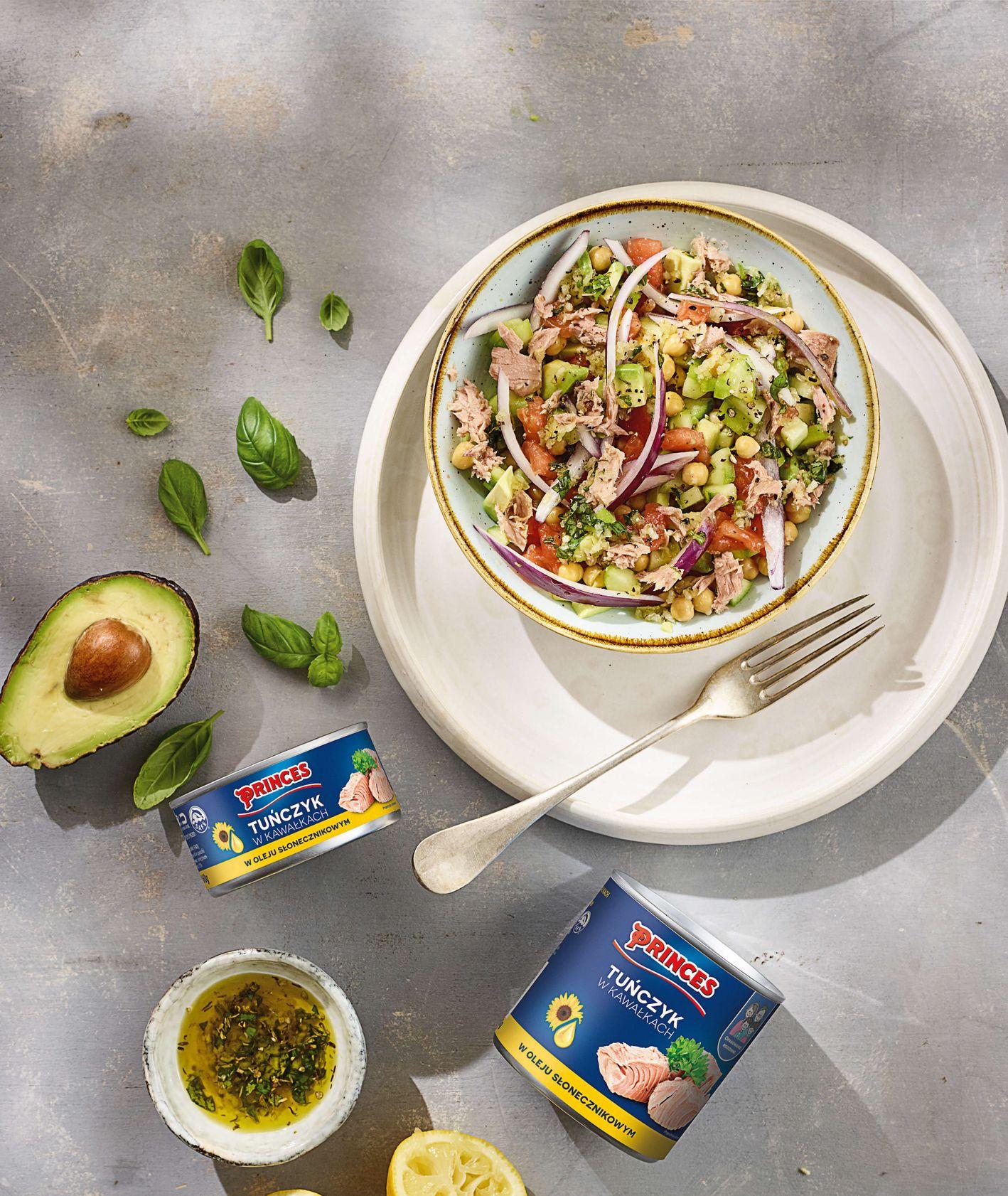 Sałatka z awokado, tuńczykiem, cebulą, ciecierzycą