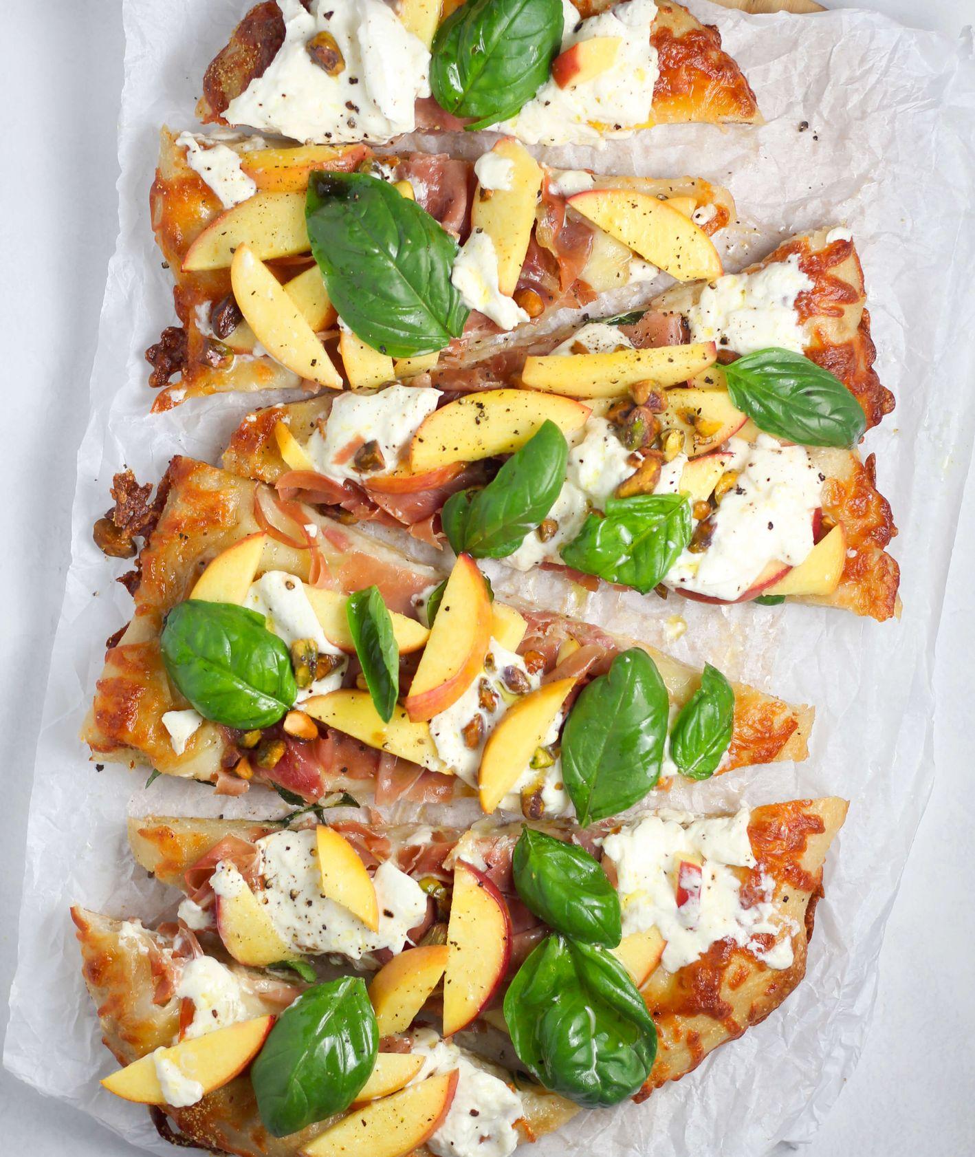 Pieczona pizza z owocami i bazylią (fot. Sheri Silver)