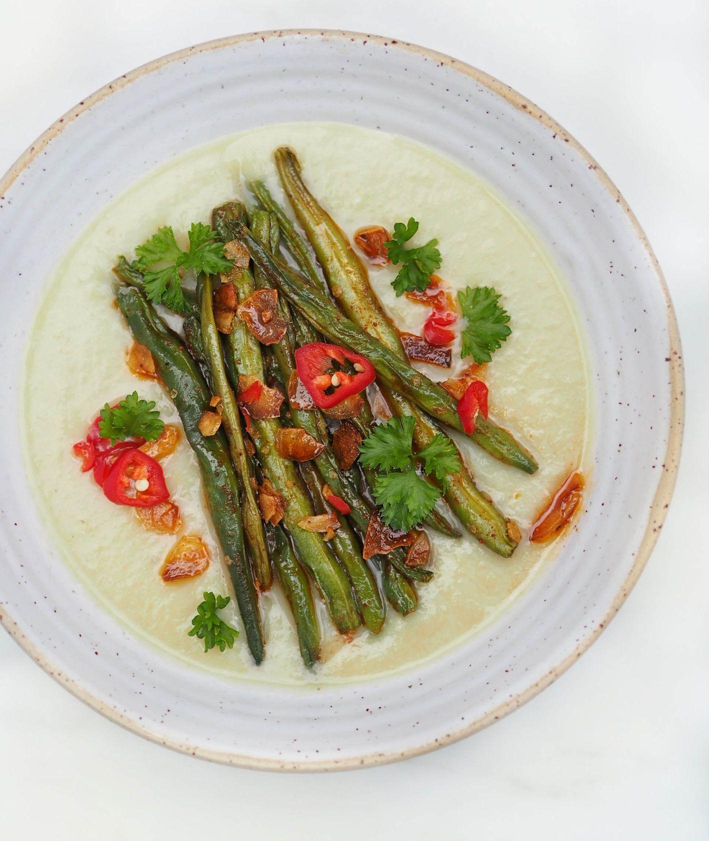 Zupa krem z zielonej fasolki szparagowej z pieczonym czosnkiem i papryczką (fot. Aleksandra Jagłowska)