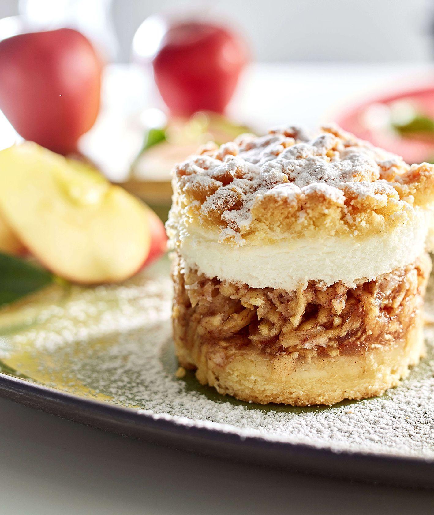 Jabłecznik na kruchym spodzie z bezą i kruszonką posypany cukrem pudrem, makro