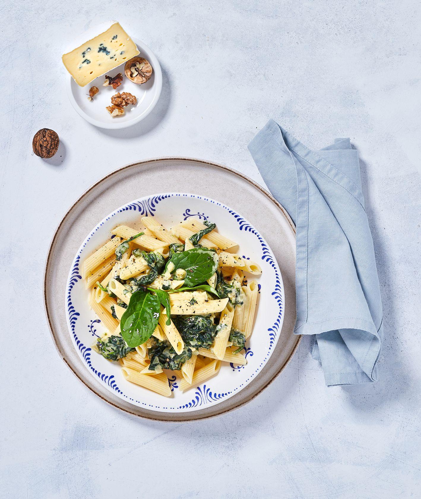 Makaron penne ze szpinakiem baby, śmietanką, serem blue i orzechami włoskimi, sezonowki szpinak