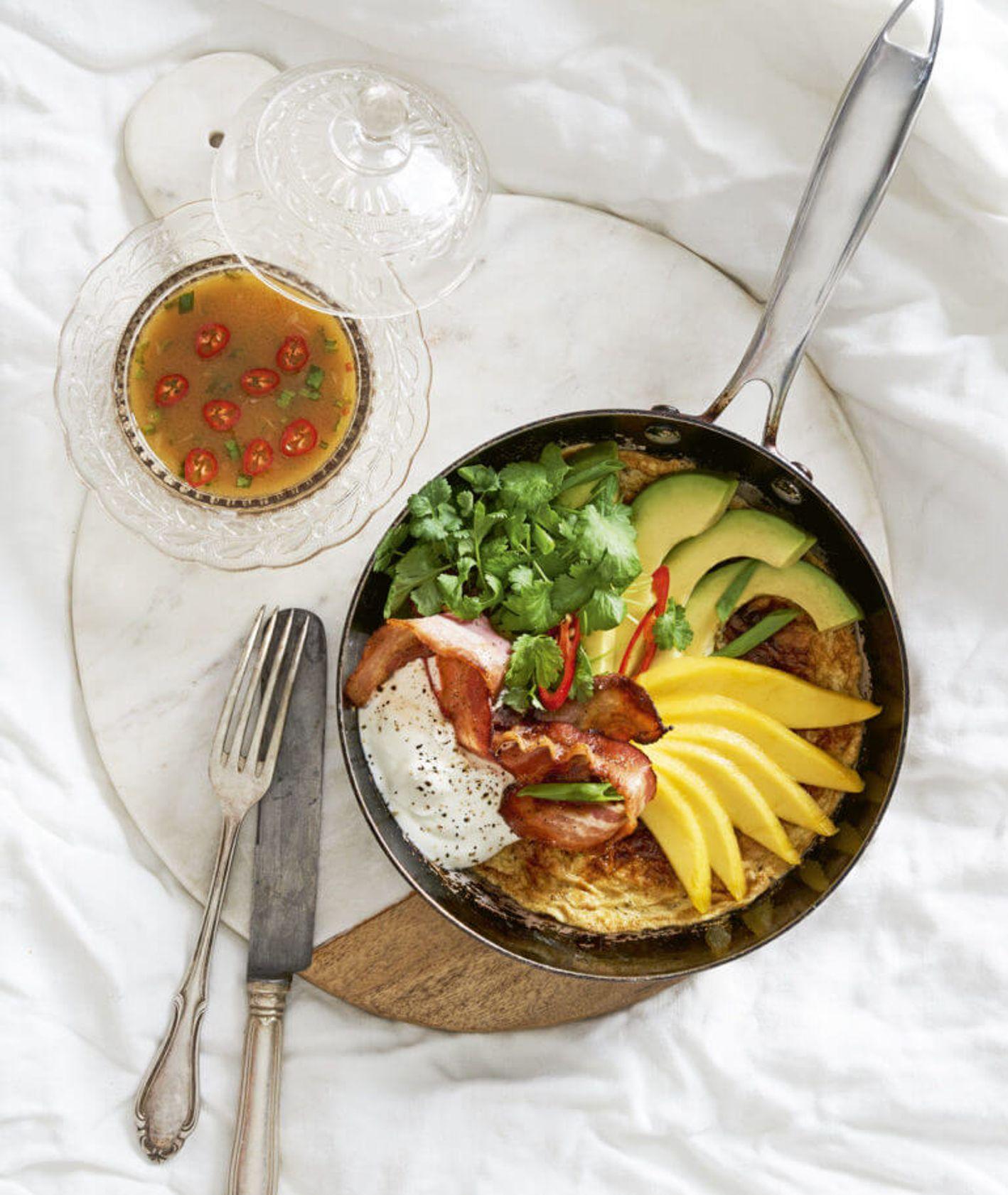 omlet z awokado i bekonem