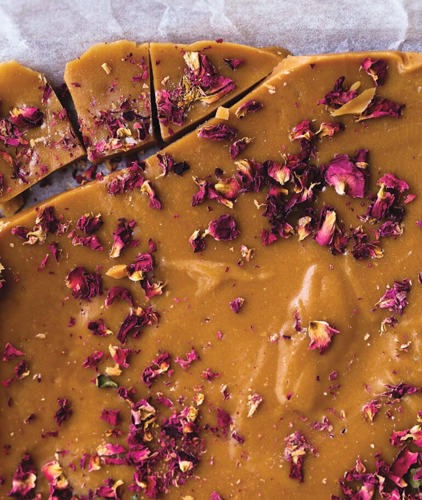 różane karmelki, domowe karmelki, domowe cukierki, cukierki różane, domowa krówka, ciastka różane, przepis Samar Khanafer, domowe słodycze, proste cukierki