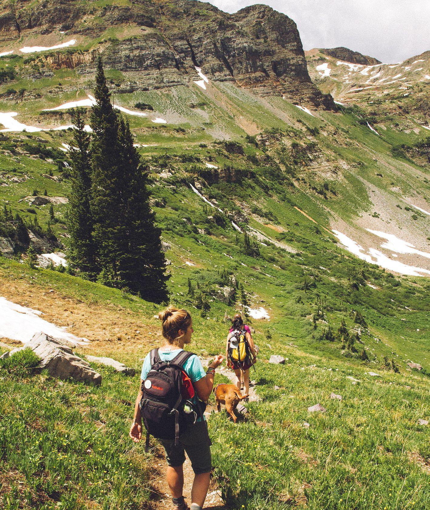 Spacer w górach. Backpacking (fot. Holly Mandarich / unsplash.com)