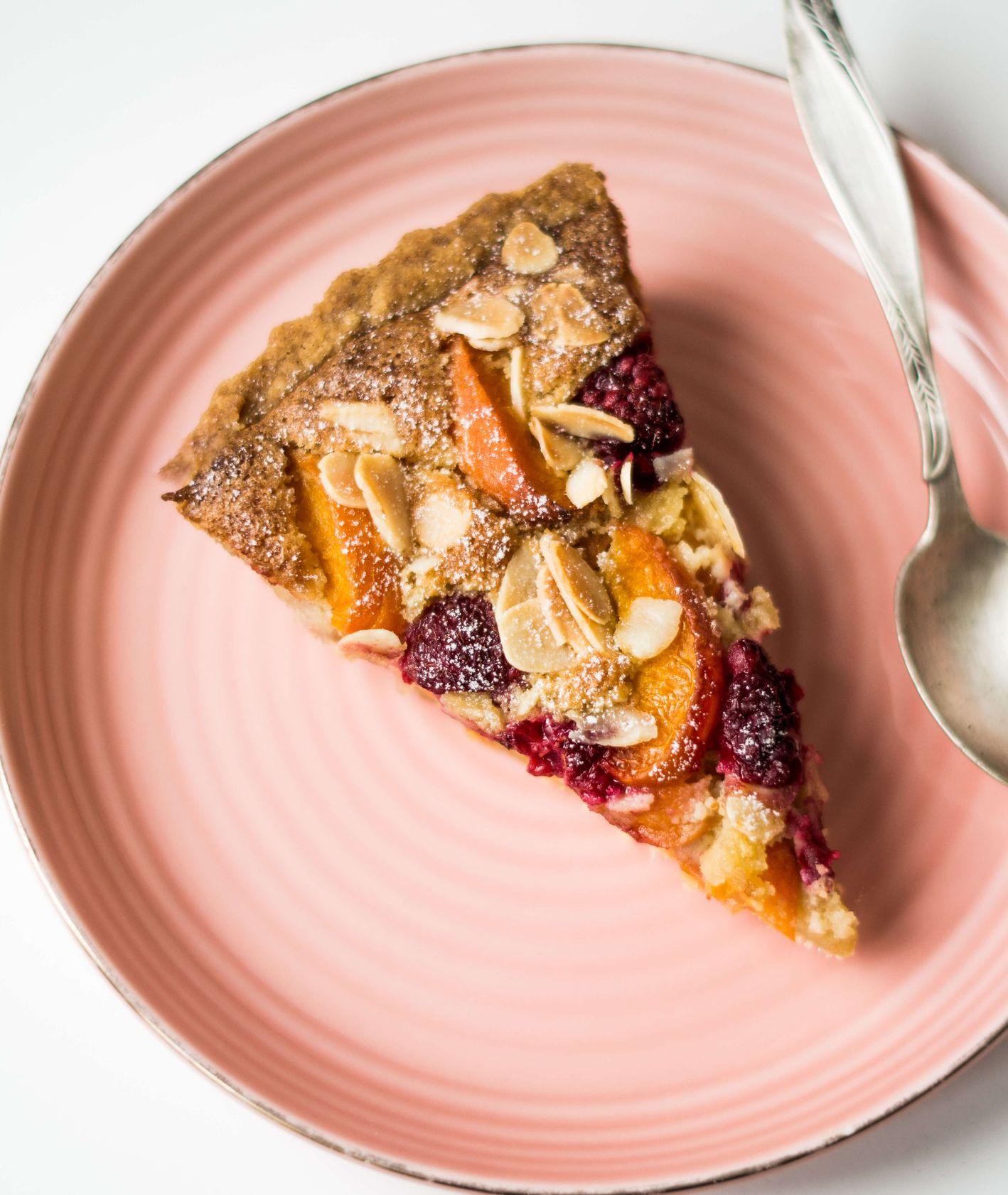 Sposób na łatwą tartę z kremem migdałowym i sezonowymi owocami - wiśniami, malinami, morelami - PRZEPIS