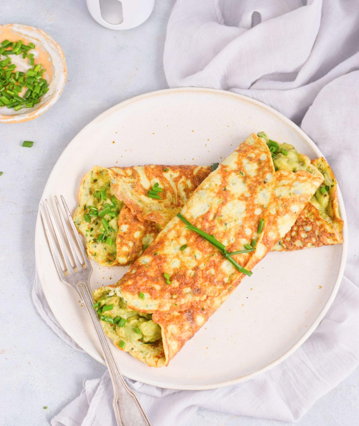 Talerz z omletami cukiniowymi z pastą z awokado, posiekany szczypiorek  (fot. Anna Szewczyk)