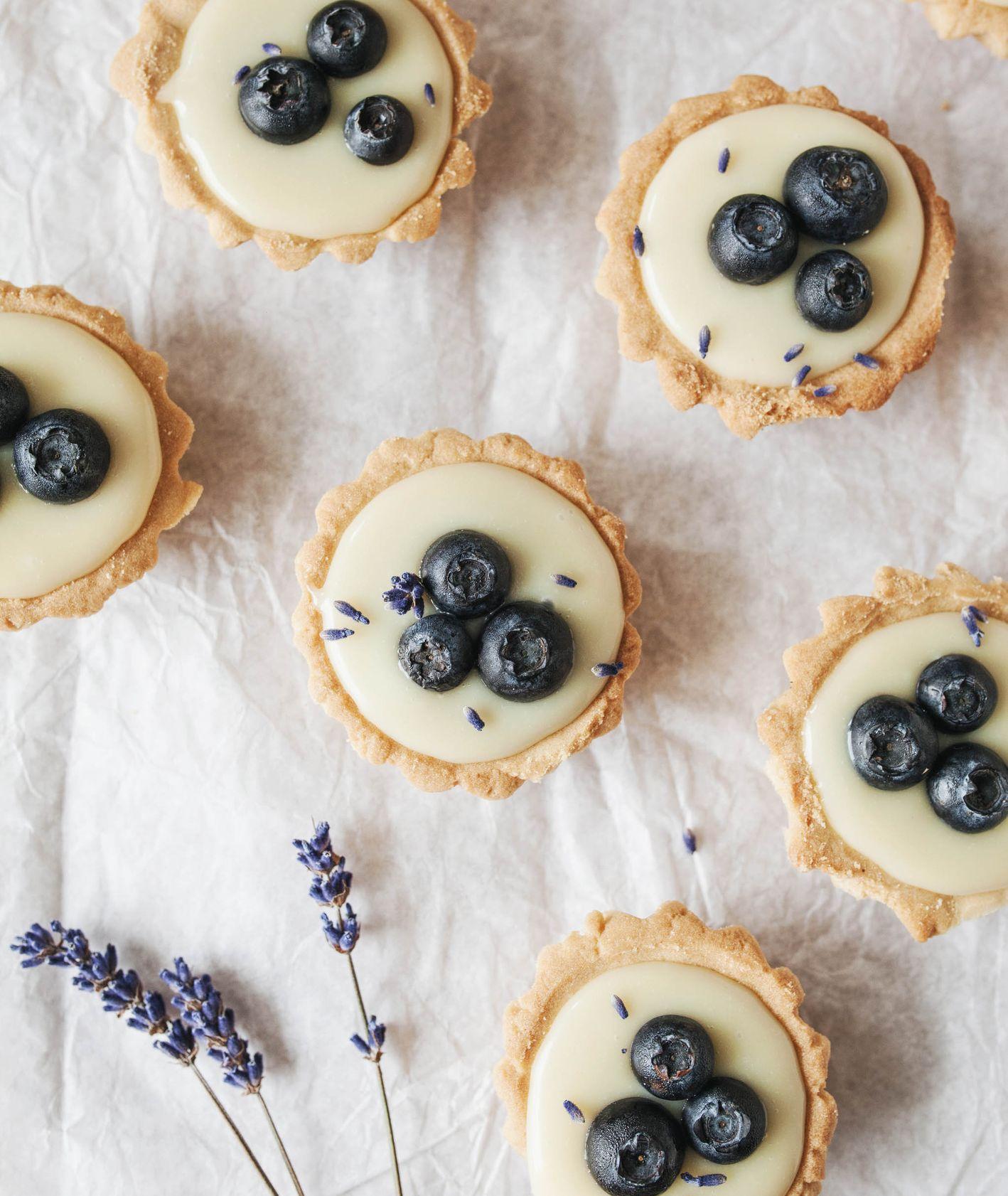 Tarteletki z kruchego ciasta z sezonowymi owocami i polewą z białej czekolady ozdobione jagodami (fot. Sylwia Kaleta)