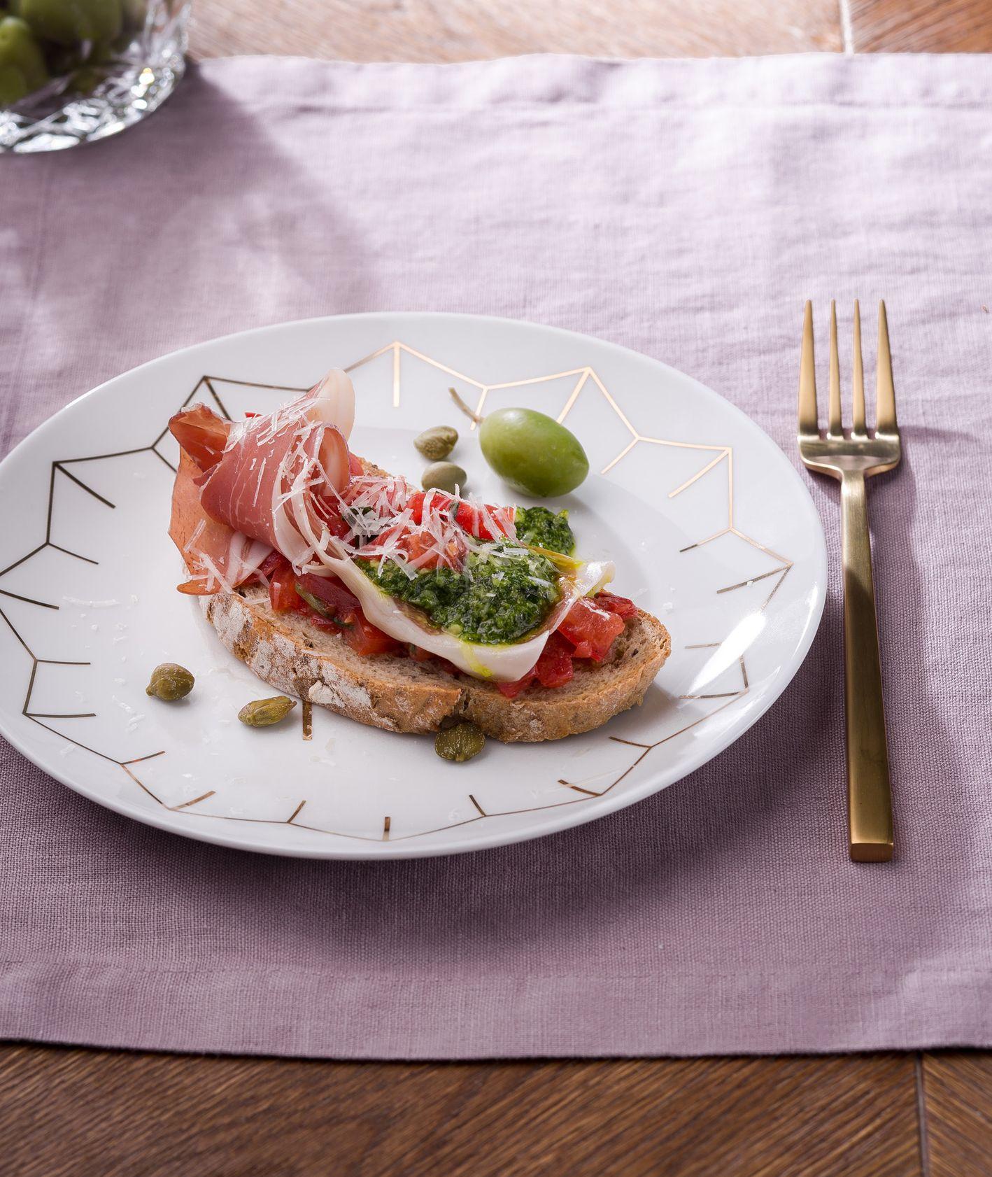 Bruschetta al pesto z pomidorkami concasse, pesto z rukoli i szynką parmeńską. Westwing (fot. dinnershow.studio)