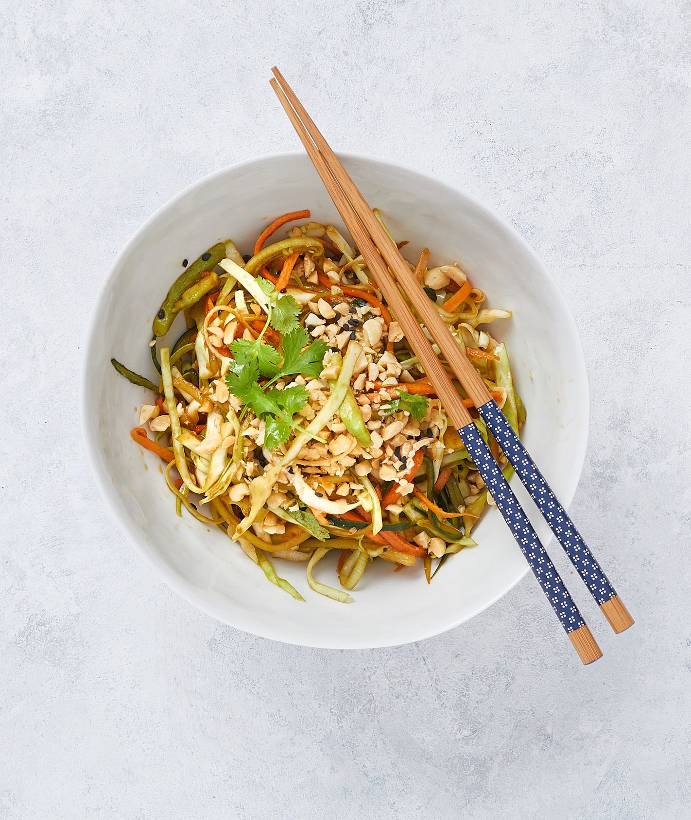 Przepis na azjatycką sałatkę z warzywami. Ogórek, marchewka, por, biała kapusta i awokado, przepis na sałatkę (fot. Maciek Niemojewski)