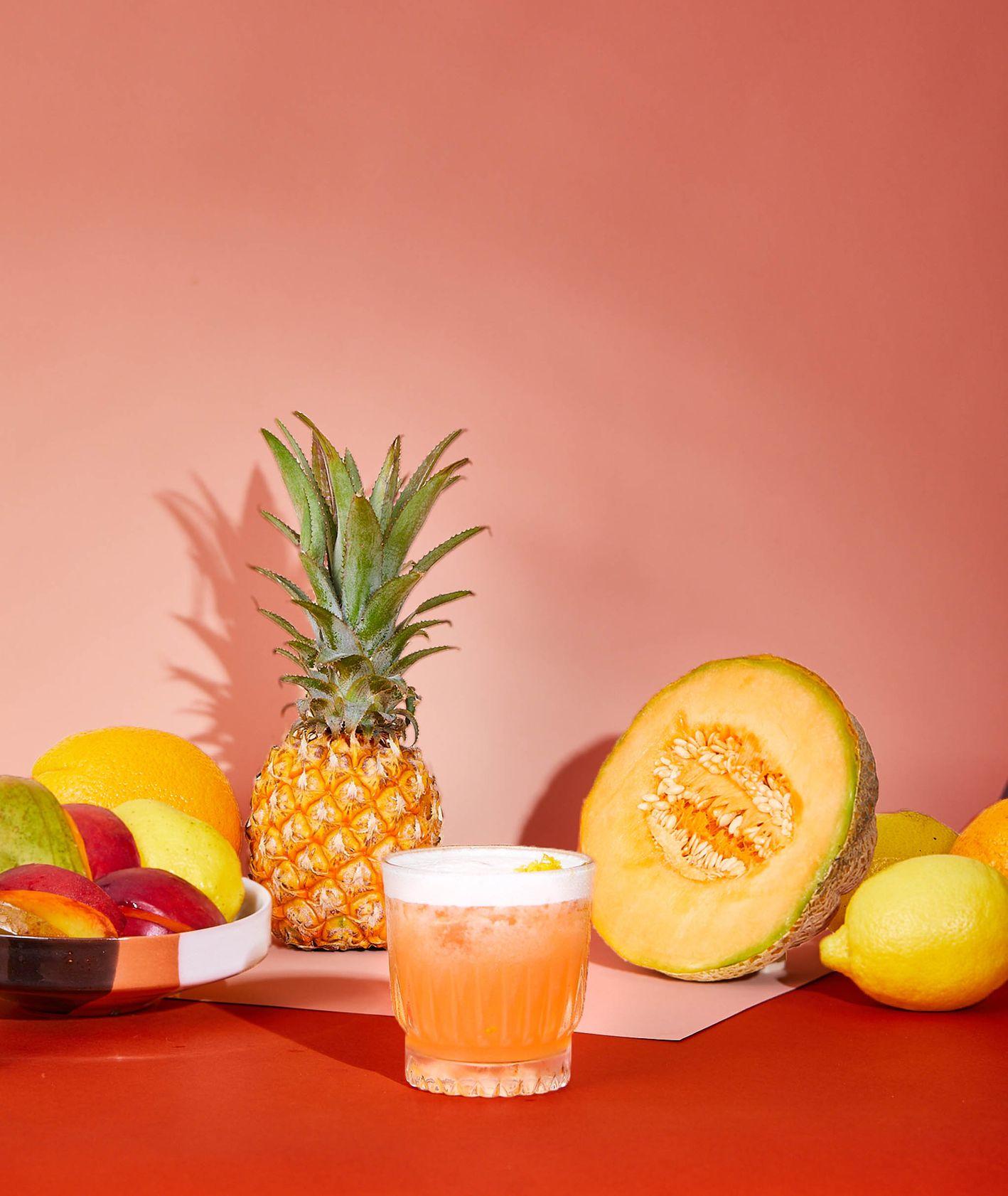 Jak zrobić wakacyjny drink? – Passion Sour z owocami i ballentine'sem