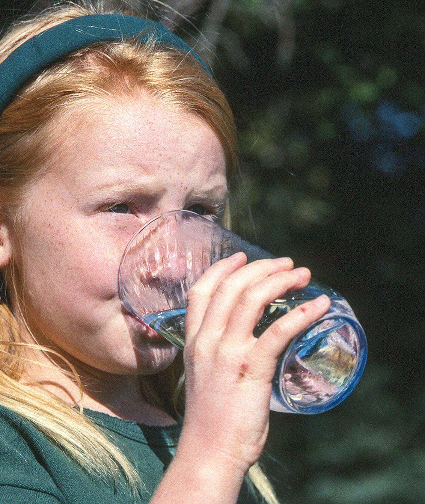 Dziewczynka pijąca wodę (fot. Tracey Hocking / unsplash.com)