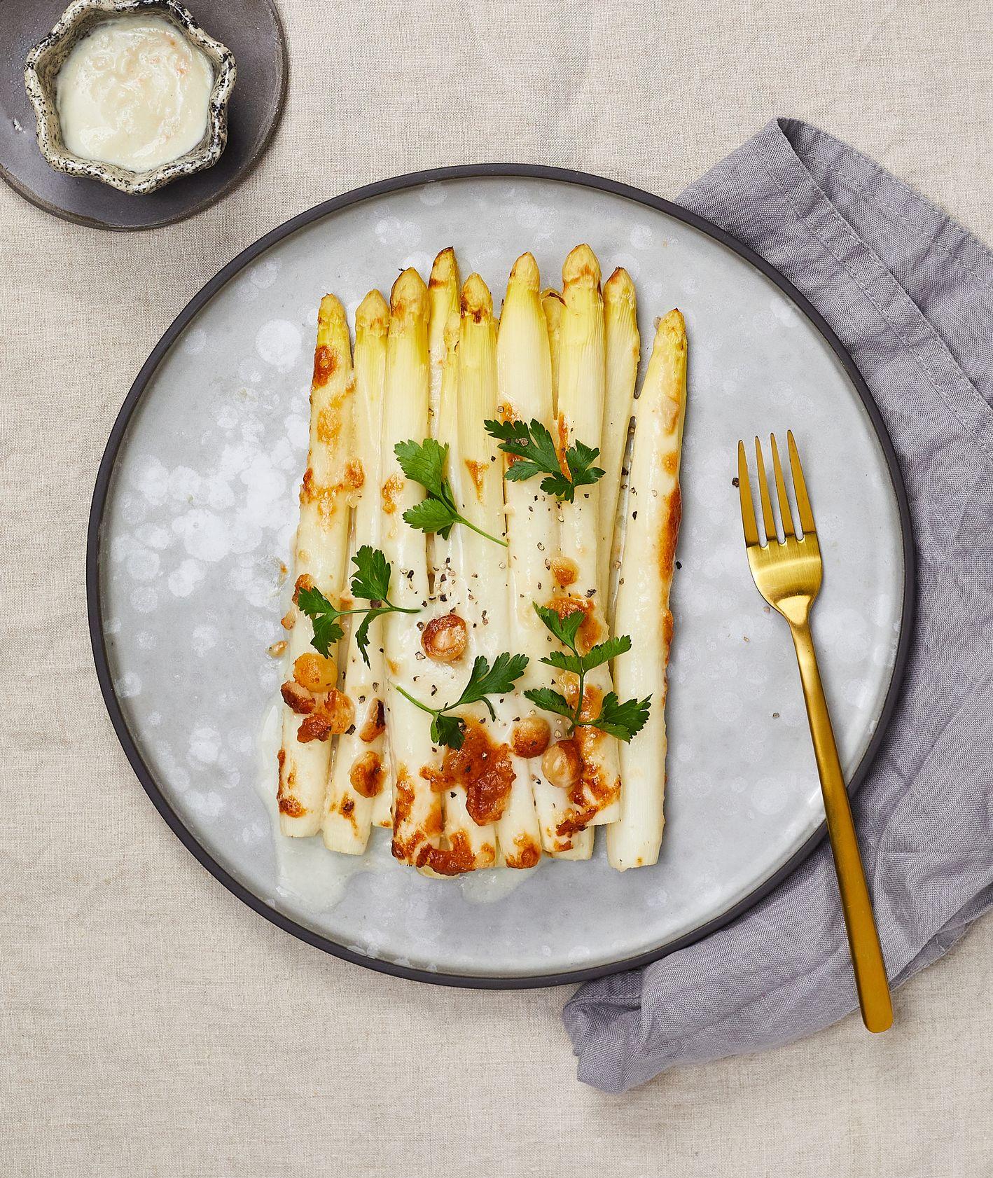 Białe szparagi z gorgonzolą. Przepis na zapiekane szparagi (fot. Maciek Niemojewski)