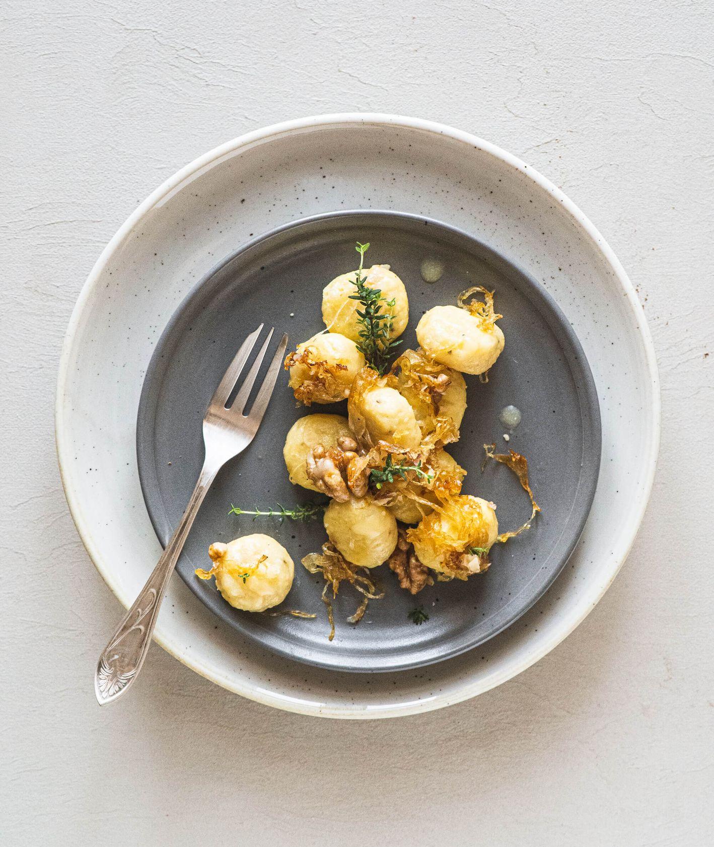 Gnocchi z karmelizowaną kiszoną kapustą, orzechami i tymiankiem (fot. Angela Matlak)