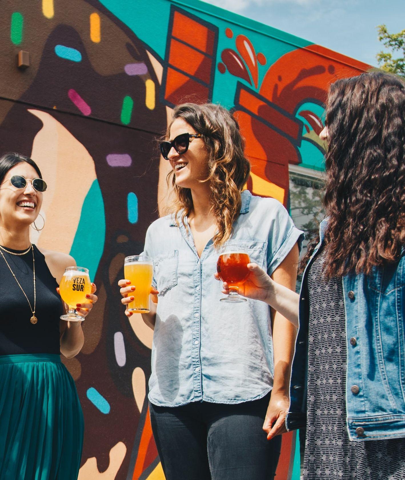 Przyjaciółki z piwem, spotkania towarzyskie przy alkoholu (fot. Elevate / unsplash.com)