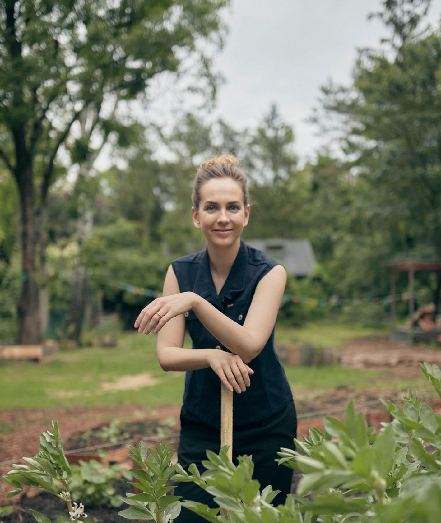 Marta Dymek, autorka Jadłonomii, w ogrodzie z łopatą (fot. Martyna Galla)