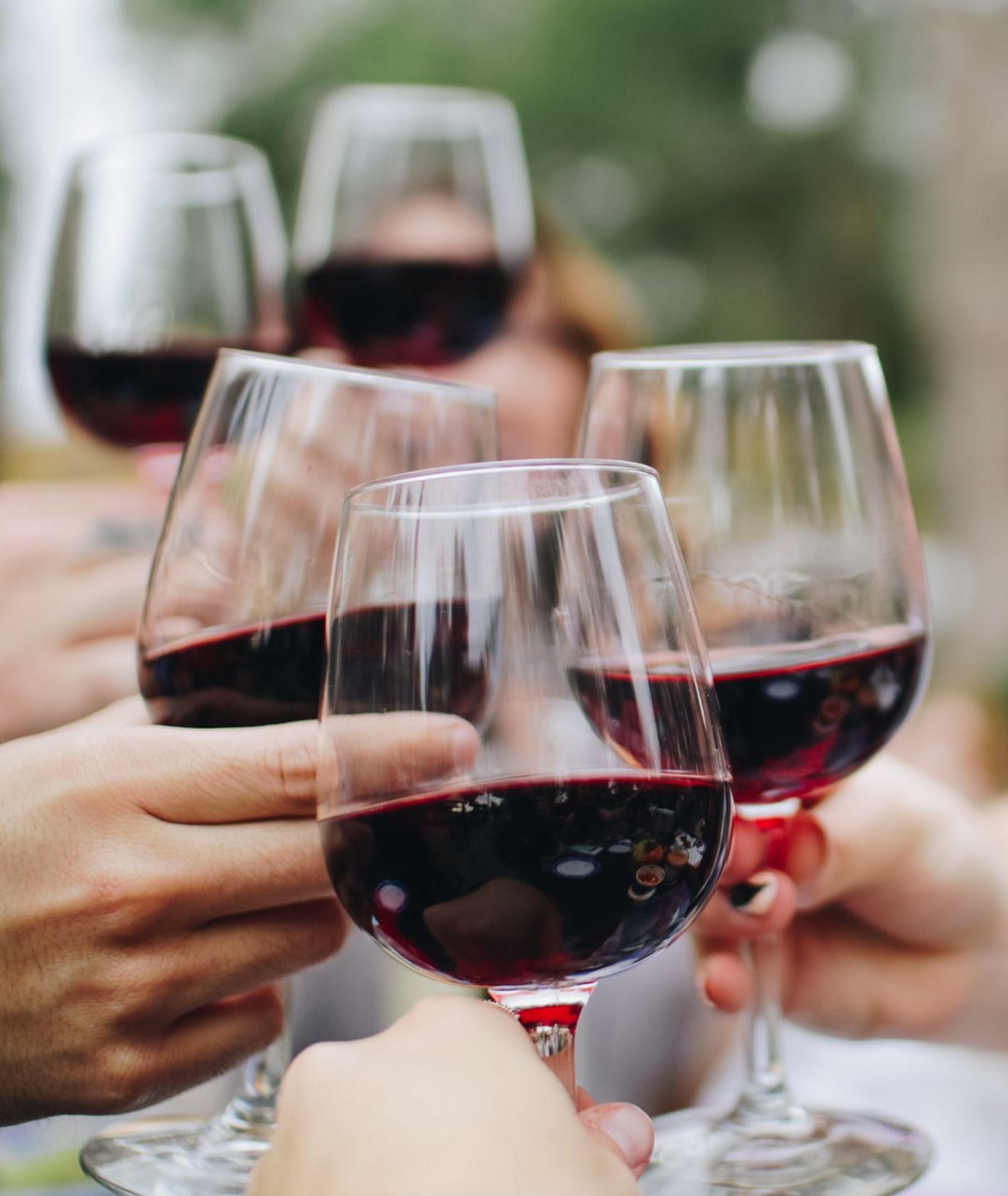 Kieliszki z winem, spotkanie ze znajomymi, czerwone wino (fot. Kelsey Knight / unsplash.com)