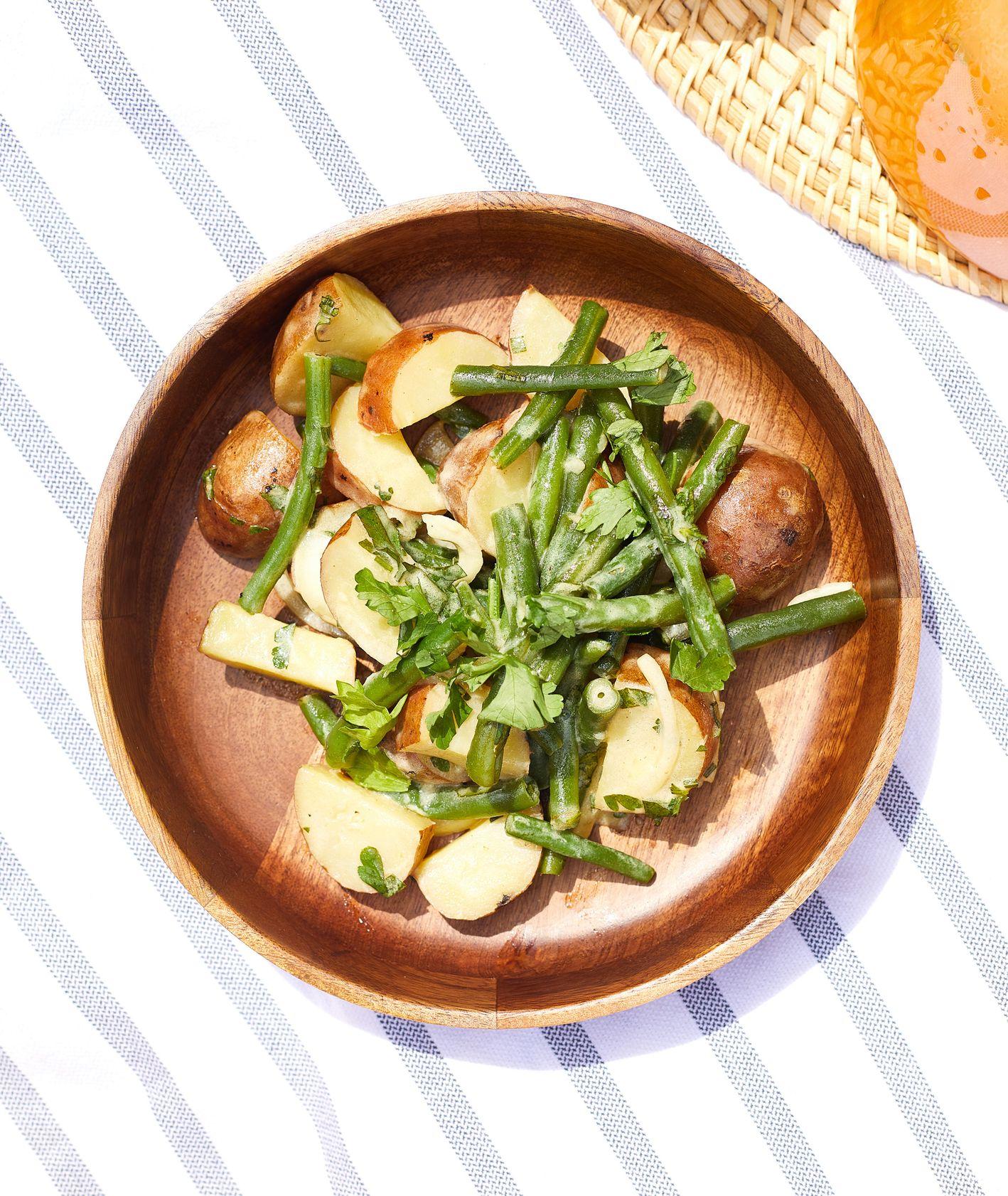 Sałatka ziemniaczana z fasolką szparagową – prosty przepis na szybkie w przygotowaniu danie, które sprawdzi się jako lekki i zdrowy obiad. (fot. Maciej Niemojewski)