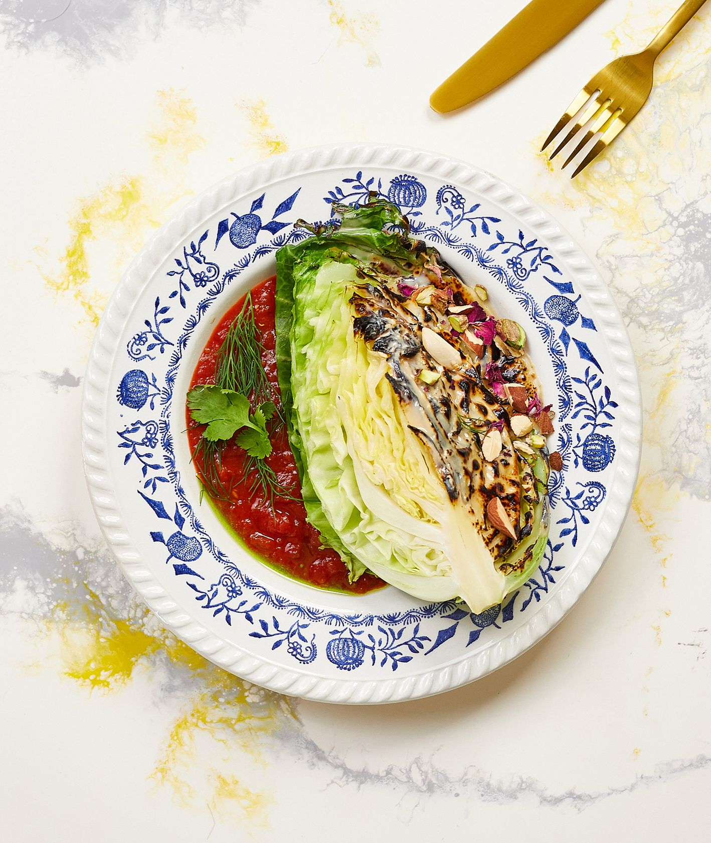 Bibenda. Palona kapusta w korzennym sosie pomidorowym z karmelizowaną tahiną (fot. Maciek Niemojewski)