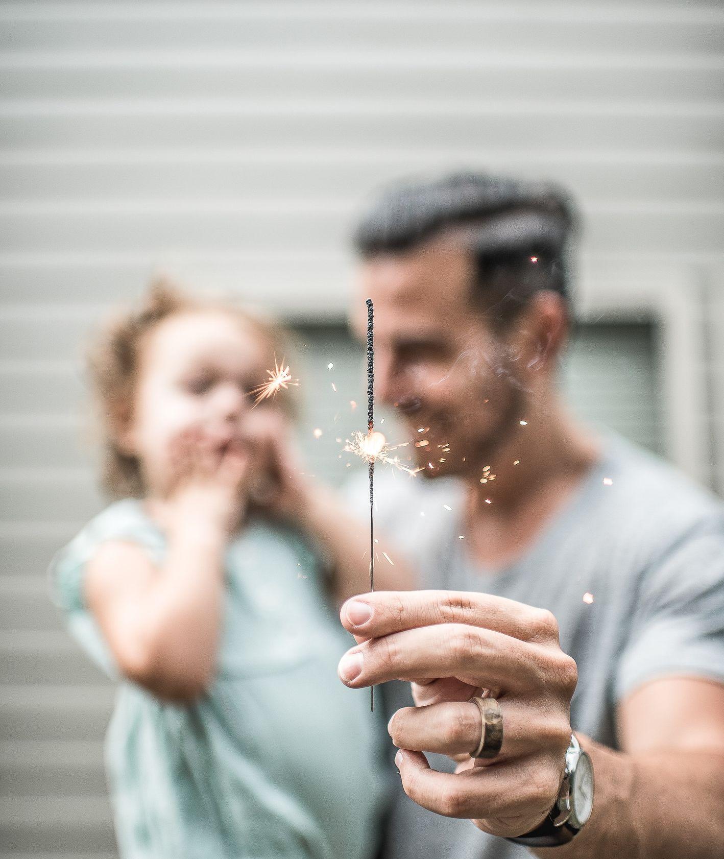 Ojciec z córką i zimny ogień (fot. Caleb Jones / unsplash.com)