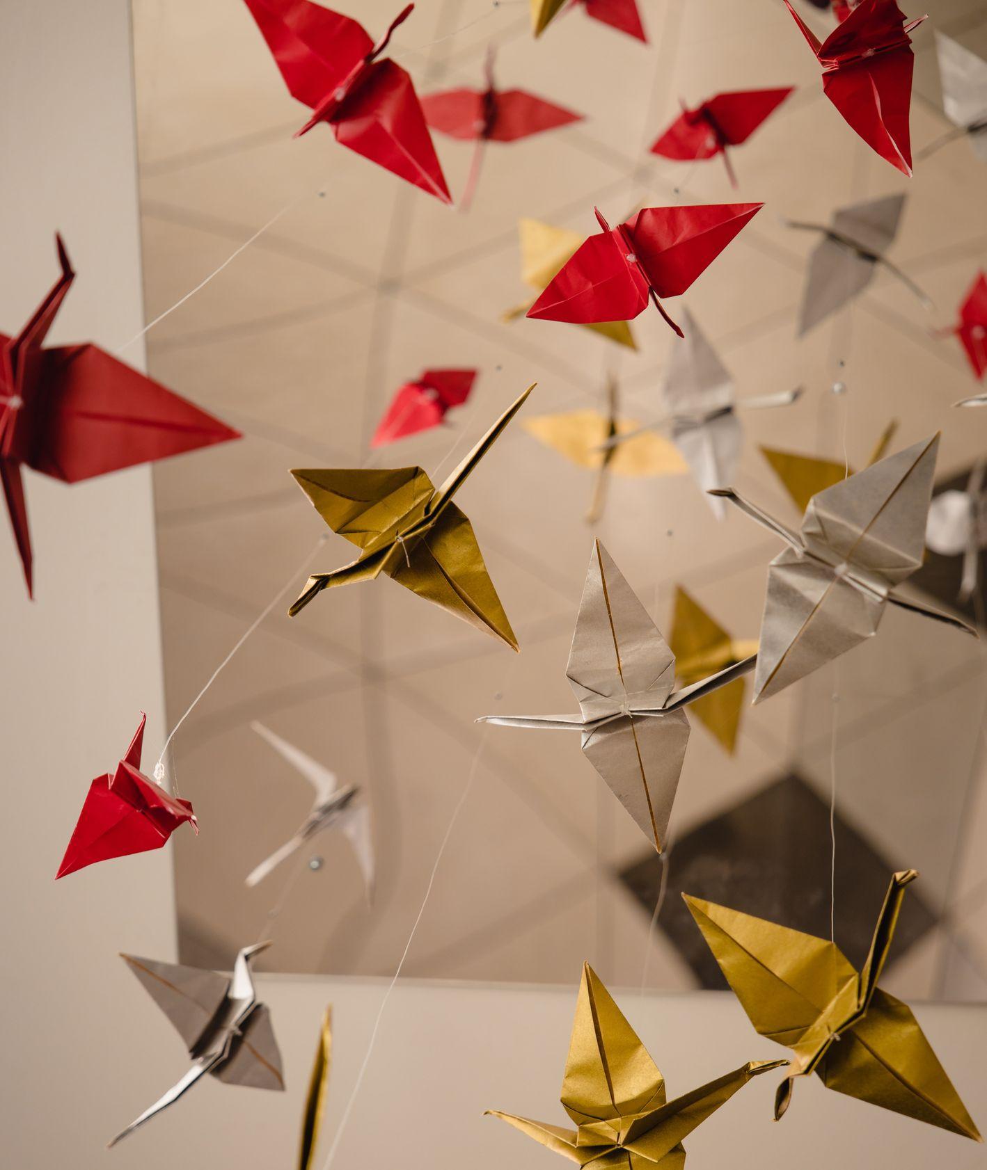 Ptaki z origami podwieszone pod sufitem (fot. Jason Leung / unsplash.com)