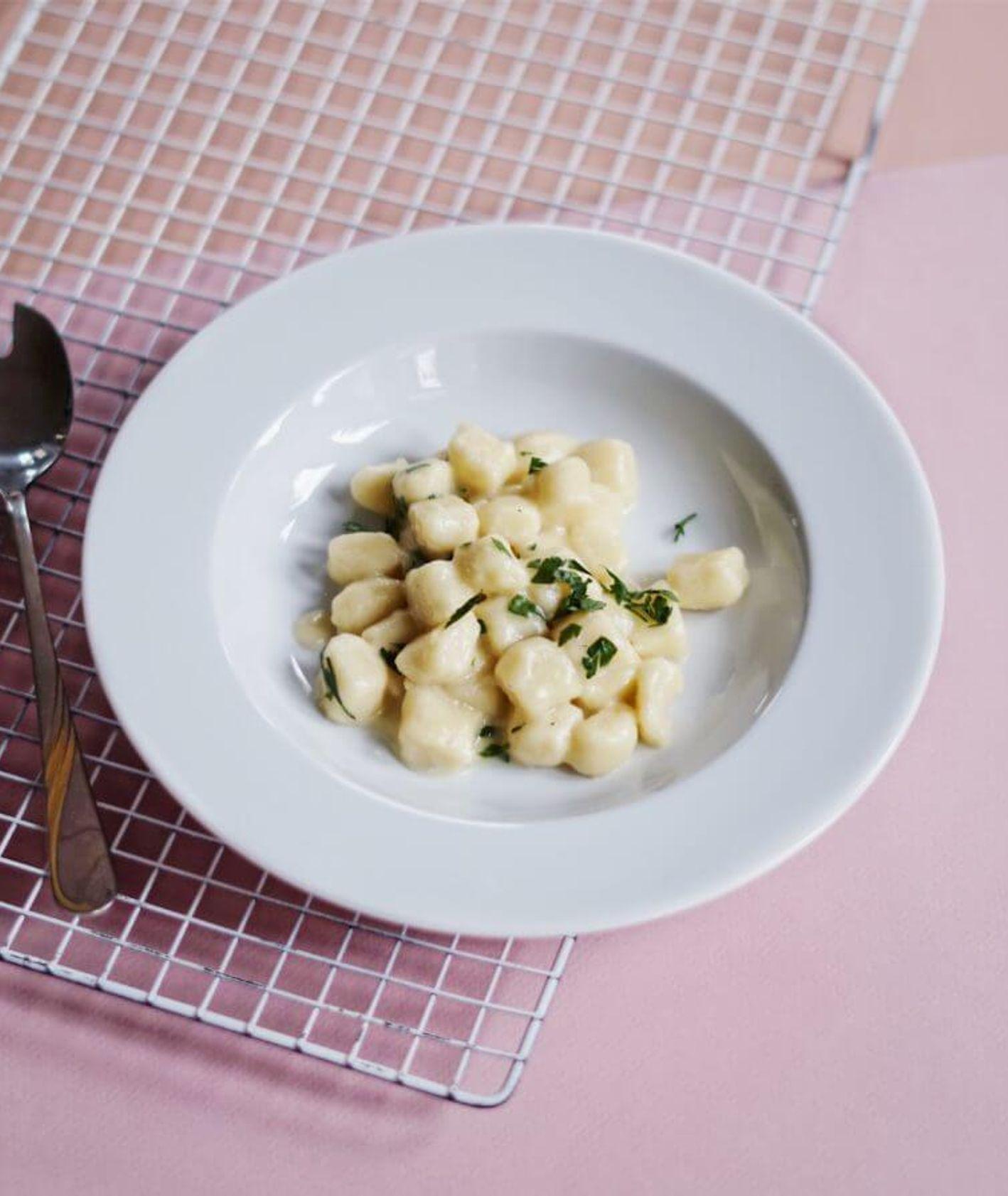 Ziemniaczane gnocchi z sosem serowym, włoskie gnocchi, kopytka z serem, kluski ziemniacane, sos serowy, z czym podać kopytka, kluski z masłem, domowe gnocchi