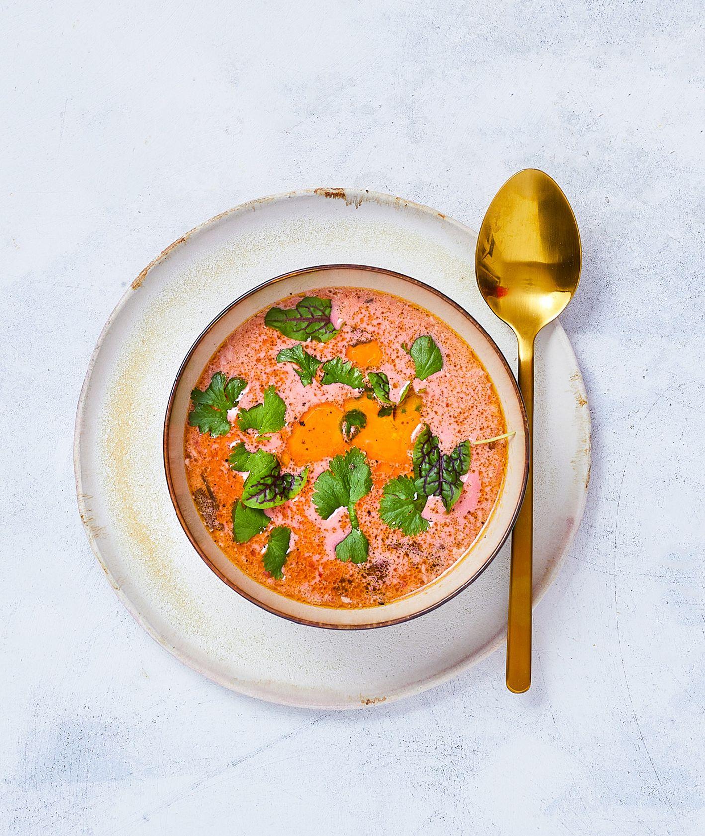 Orientalna, wiosenna zupa z botwiny i mleczka kokosowego (fot. Maciek Niemojewski)