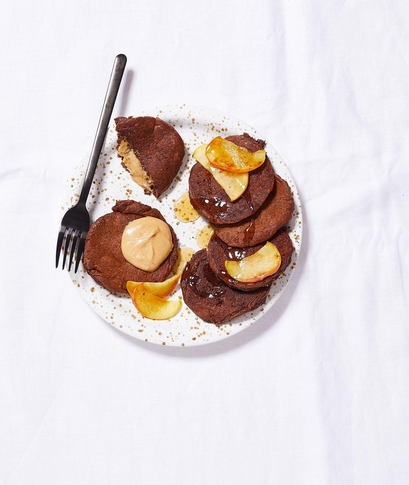 Wege śniadania słodkie. Czekoladowe pankejki z nadzieniem karmelowym (fot. Maciek Niemojewski)