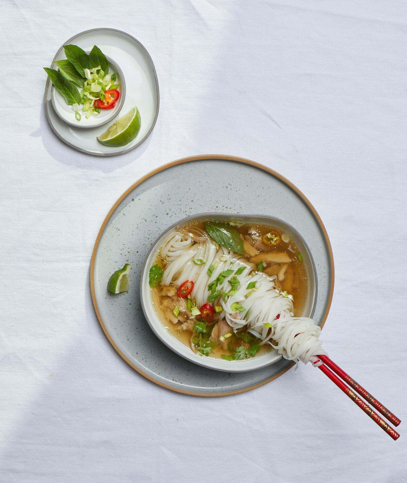 Miska zupy pho z kurczakiem, limonka, chili i tajska bazylia