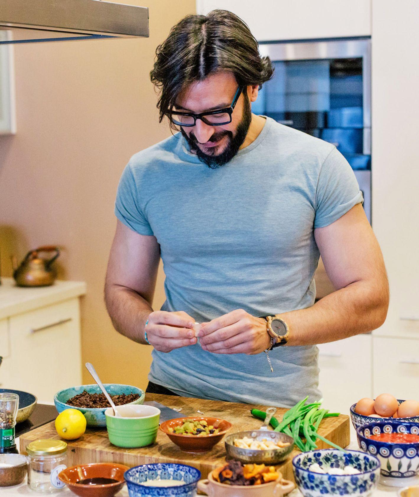 Ouce Naser w swojej domowej kuchni (fot. Michał Lichtański)
