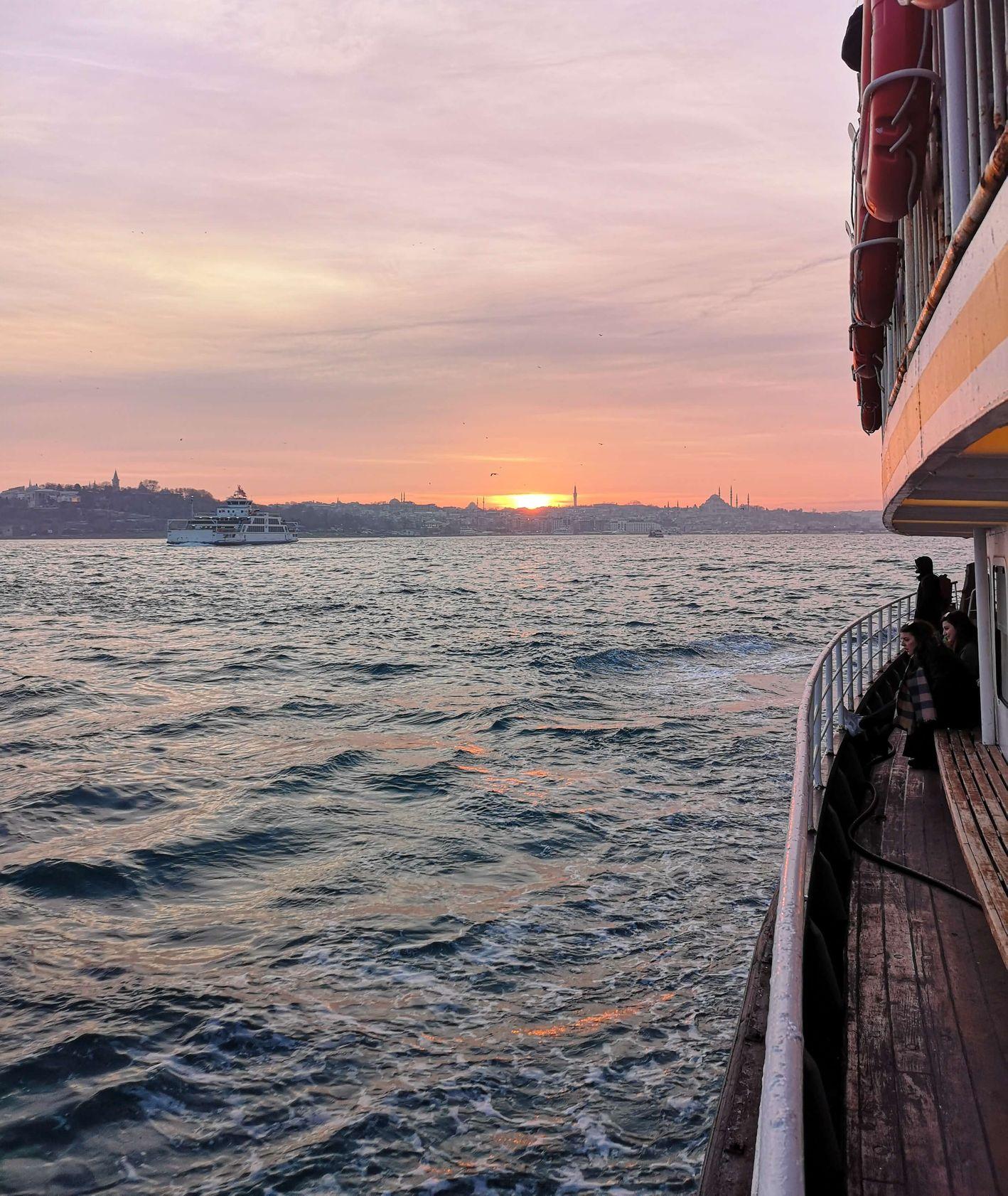 Morze widziane ze statku podczas zachodu słońca (fot. Bartek Kieżun)