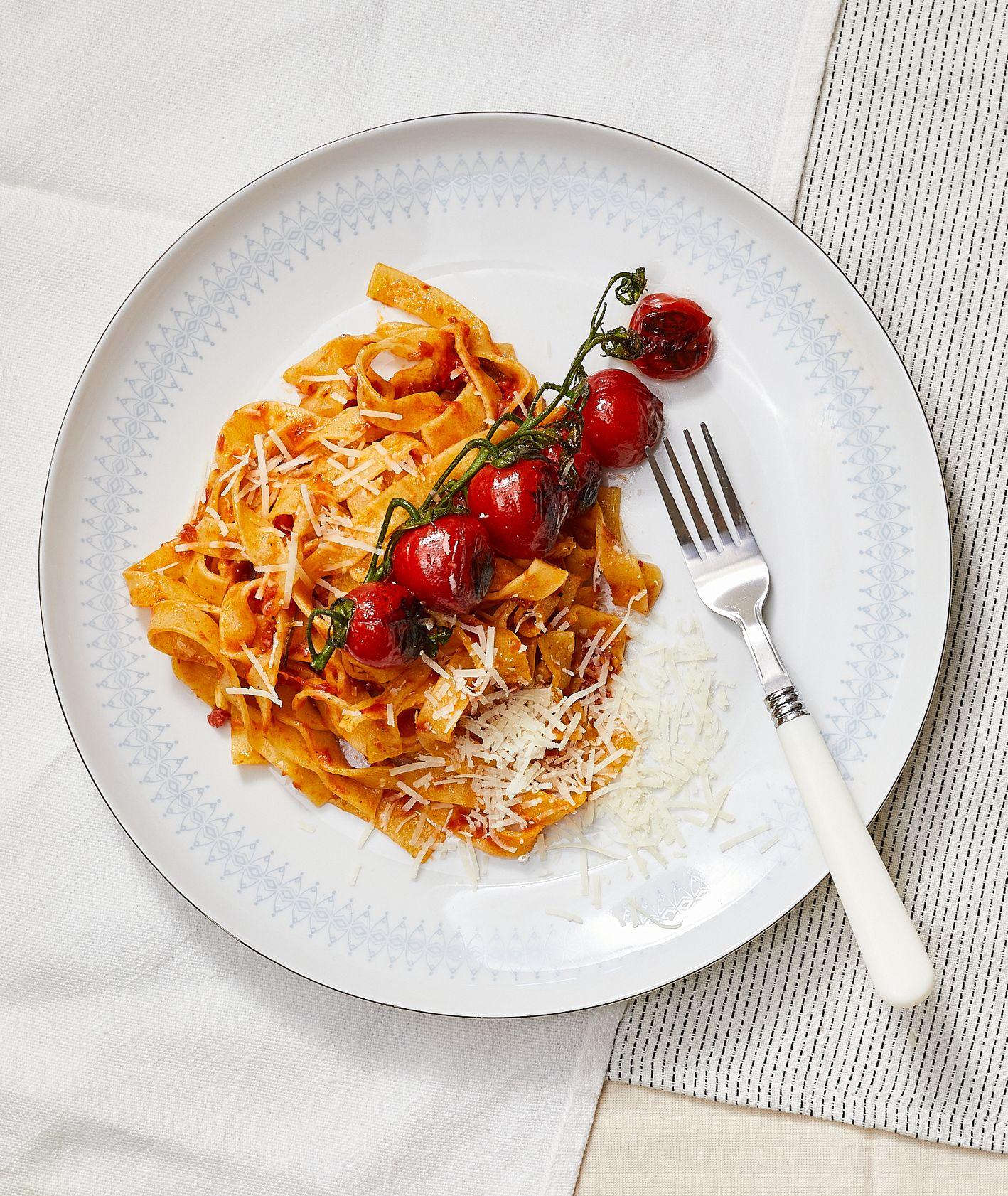 Przepis na pyszny makaron z pieczonymi pomidorami (fot. Maciek Niemojewski)