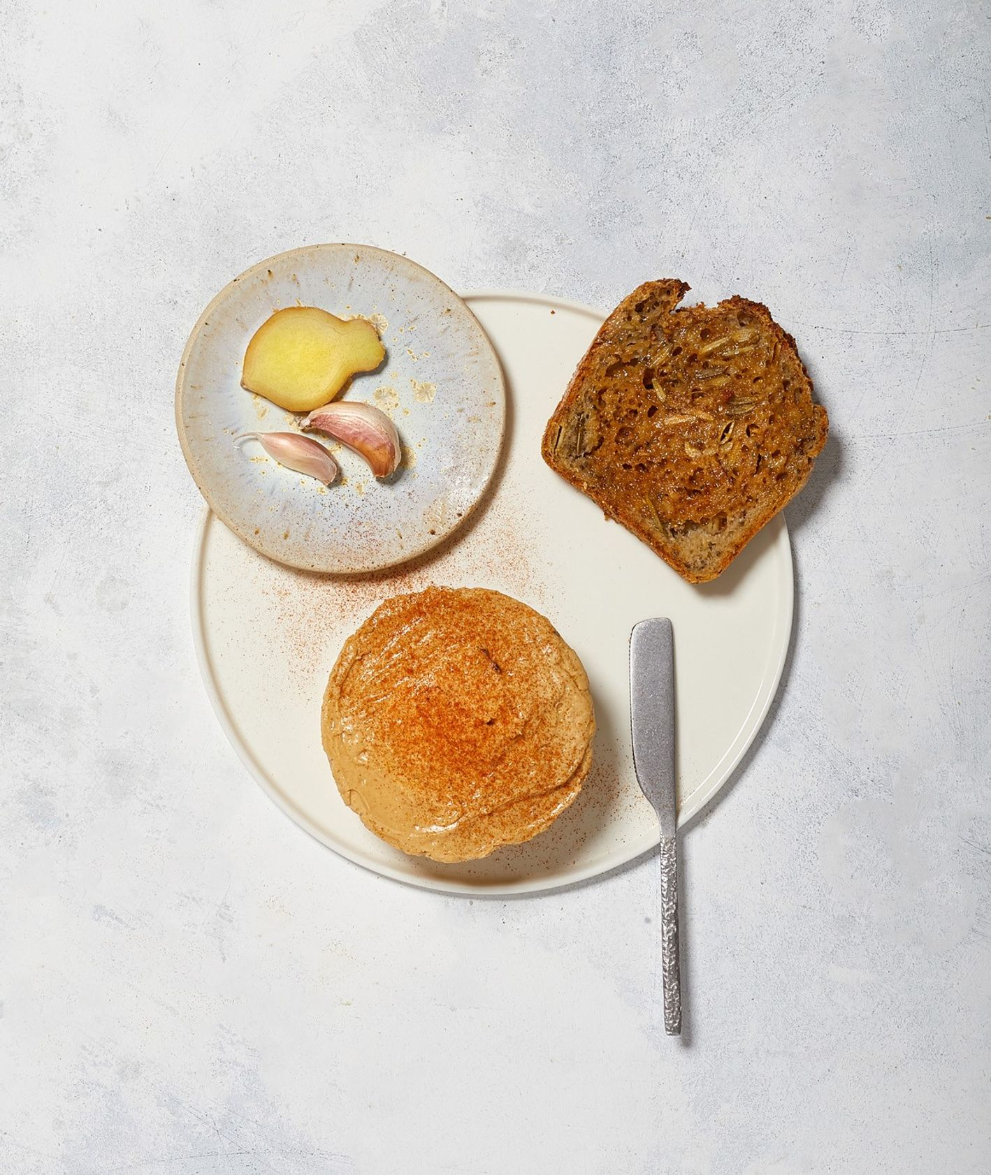 Masło smakowe w orientalnym stylu z dodatkiem pasty miso, czosnku i imbiru podane na kromce razowego pieczywa