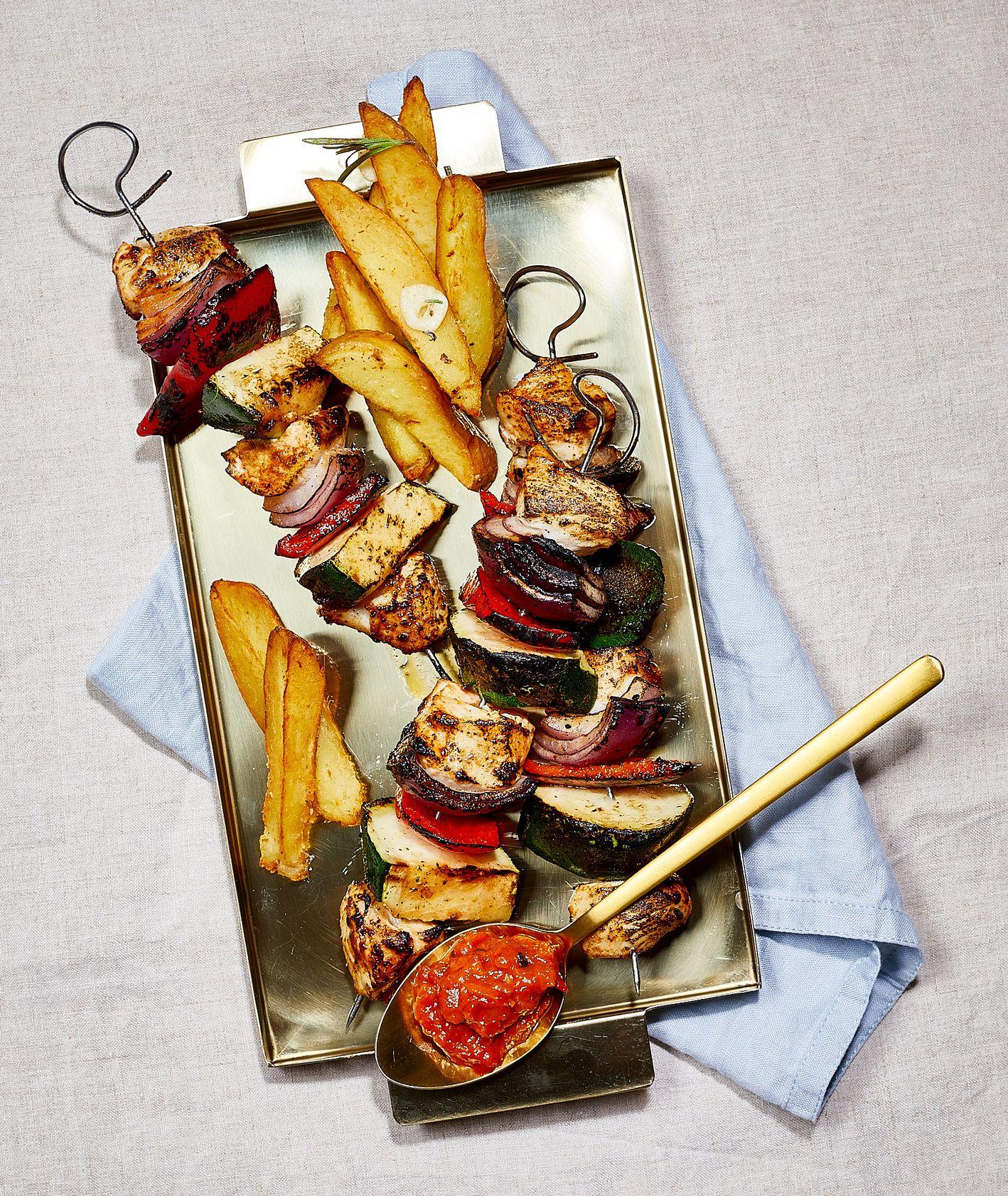 Szaszłyk drobiowy z sosem Ljutenica, ziemniakami pieczonymi i sałatą z kwaśną śmietaną. Warmut. (fot. Maciek Niemojewski)
